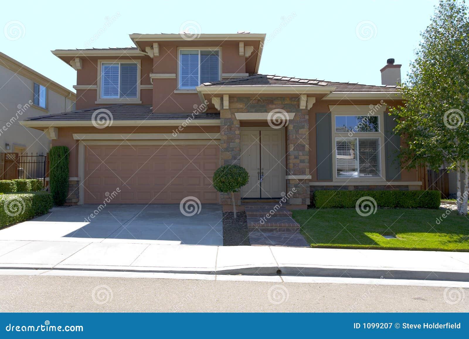 Grande maison familiale de stuc photographie stock libre for Maison en stuc
