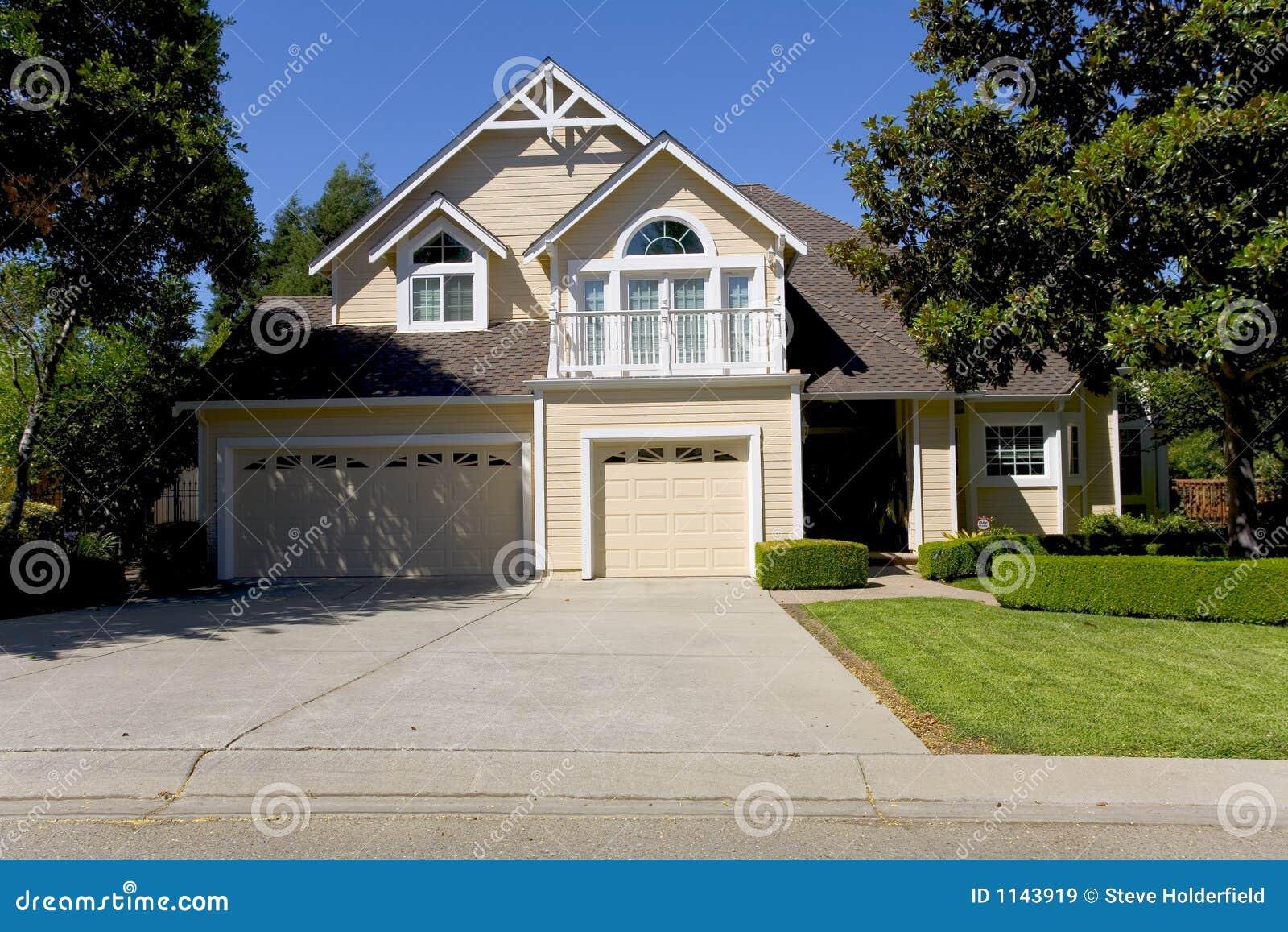 grande maison luxueuse image stock image du herbe luxueux 1143919. Black Bedroom Furniture Sets. Home Design Ideas