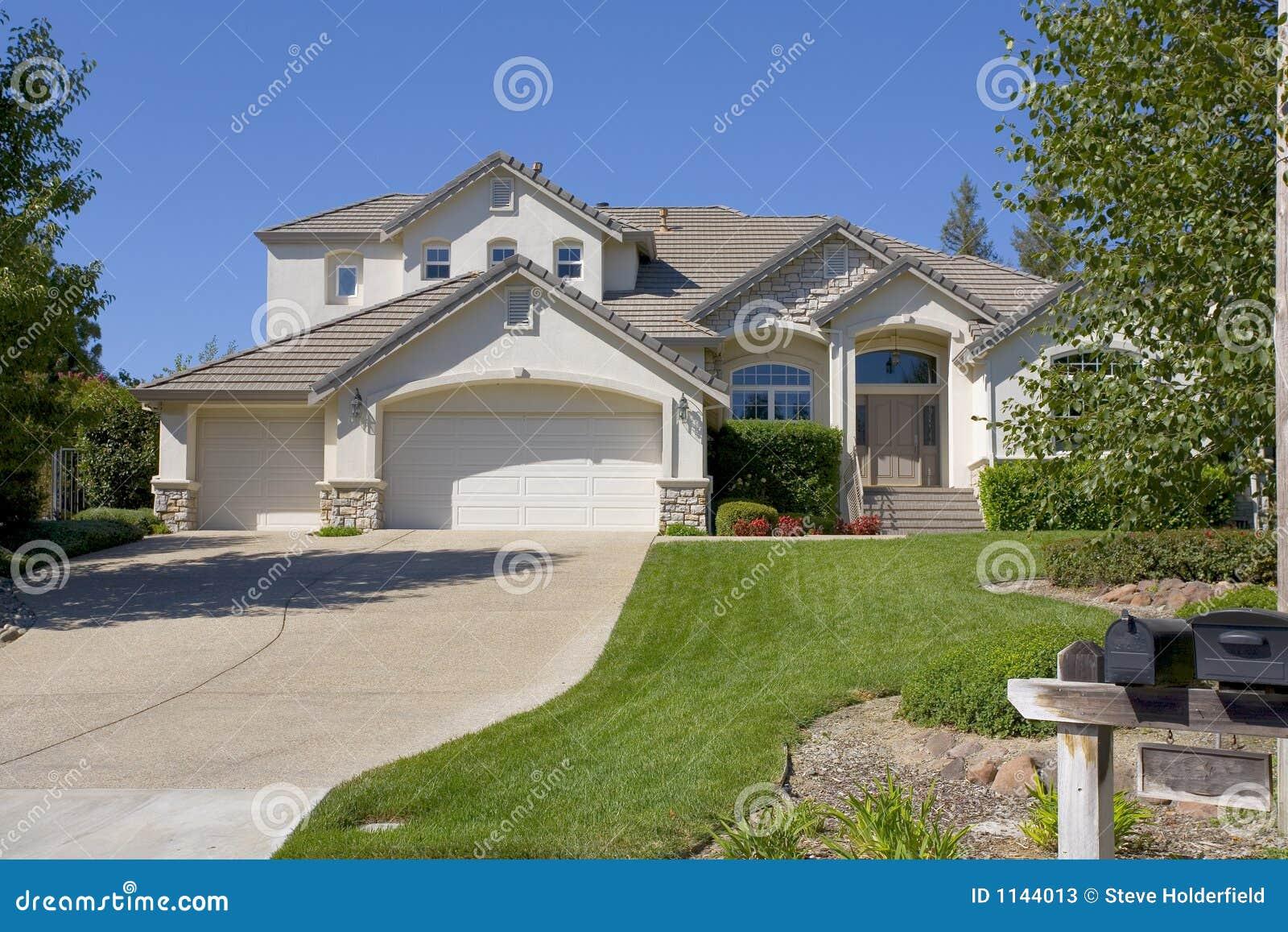 grande maison luxueuse image stock image du moderne herbe 1144013. Black Bedroom Furniture Sets. Home Design Ideas