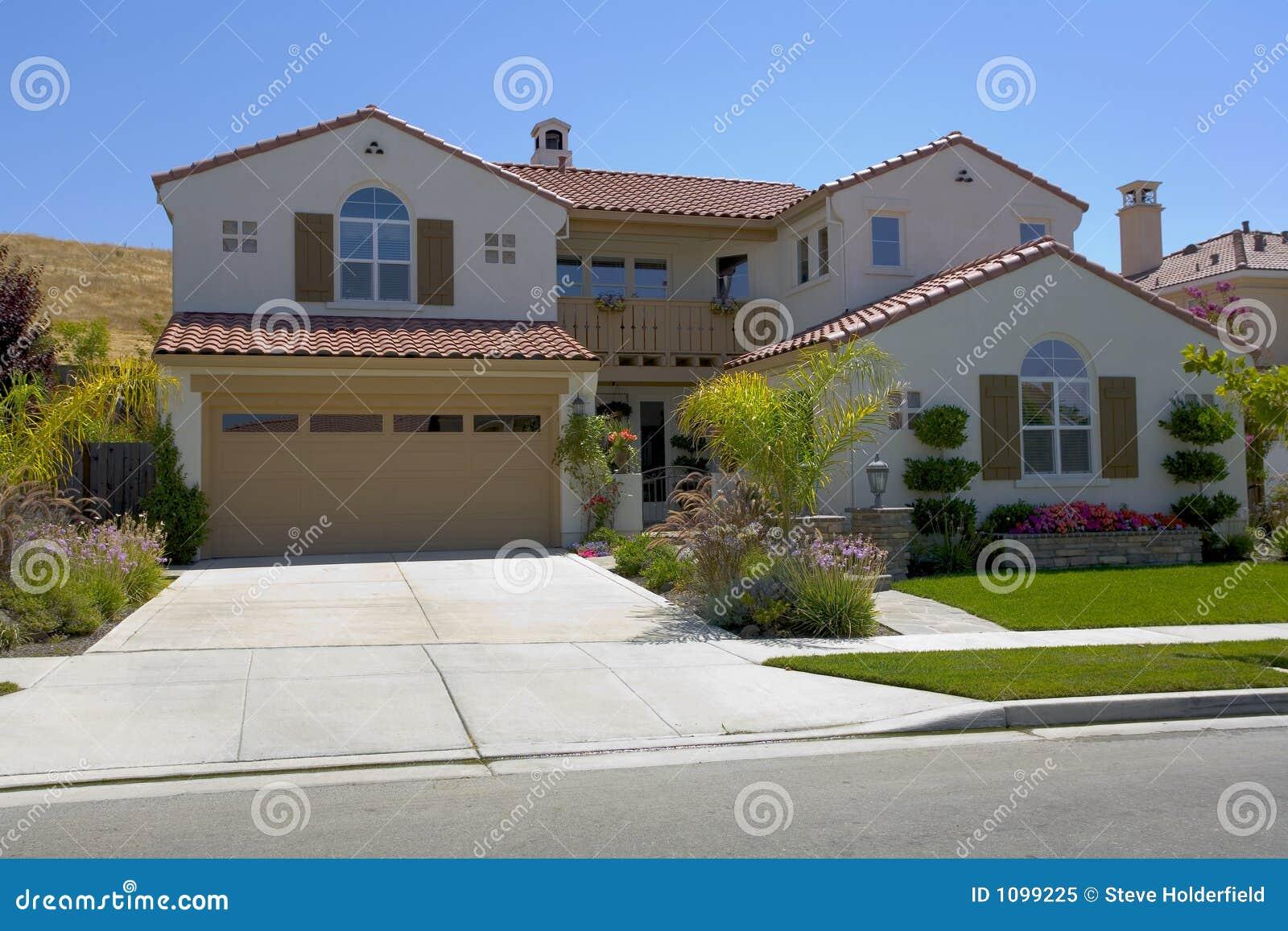 Grande maison m diterran enne two story de type photo libre de droits image - Rever d une grande maison ...
