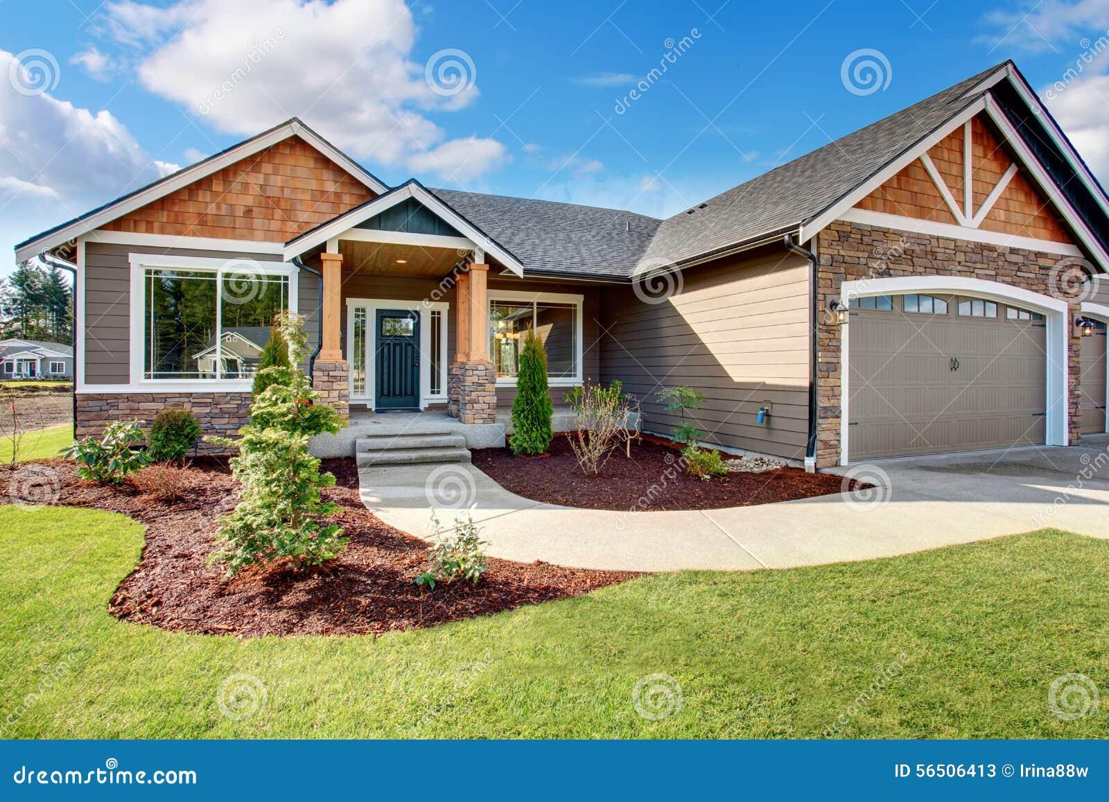 grande maison moderne avec la pierre et le passage couvert image stock image 56506413. Black Bedroom Furniture Sets. Home Design Ideas