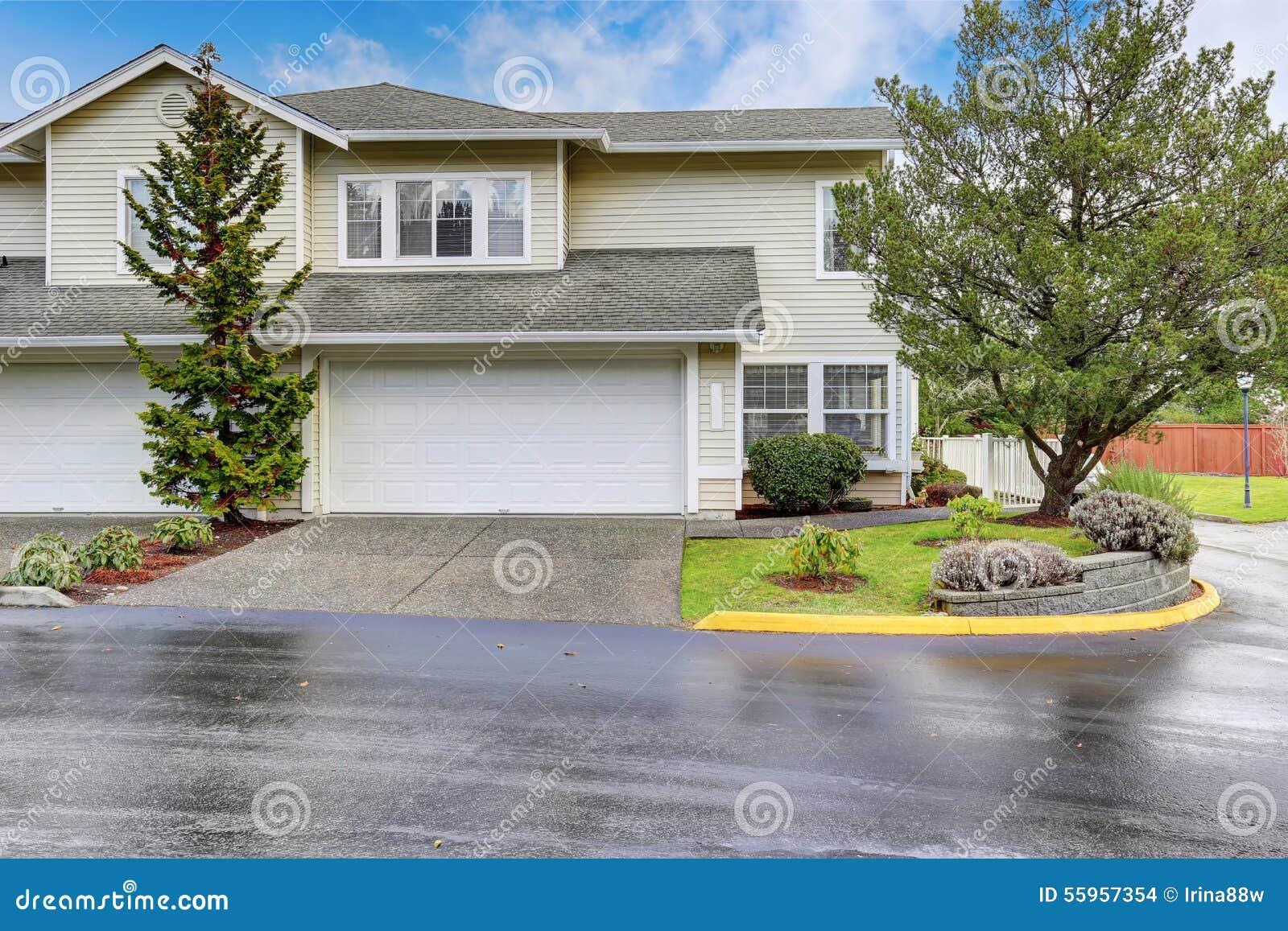 Grande maison moderne avec les deux espaces de garage for Grande maison moderne