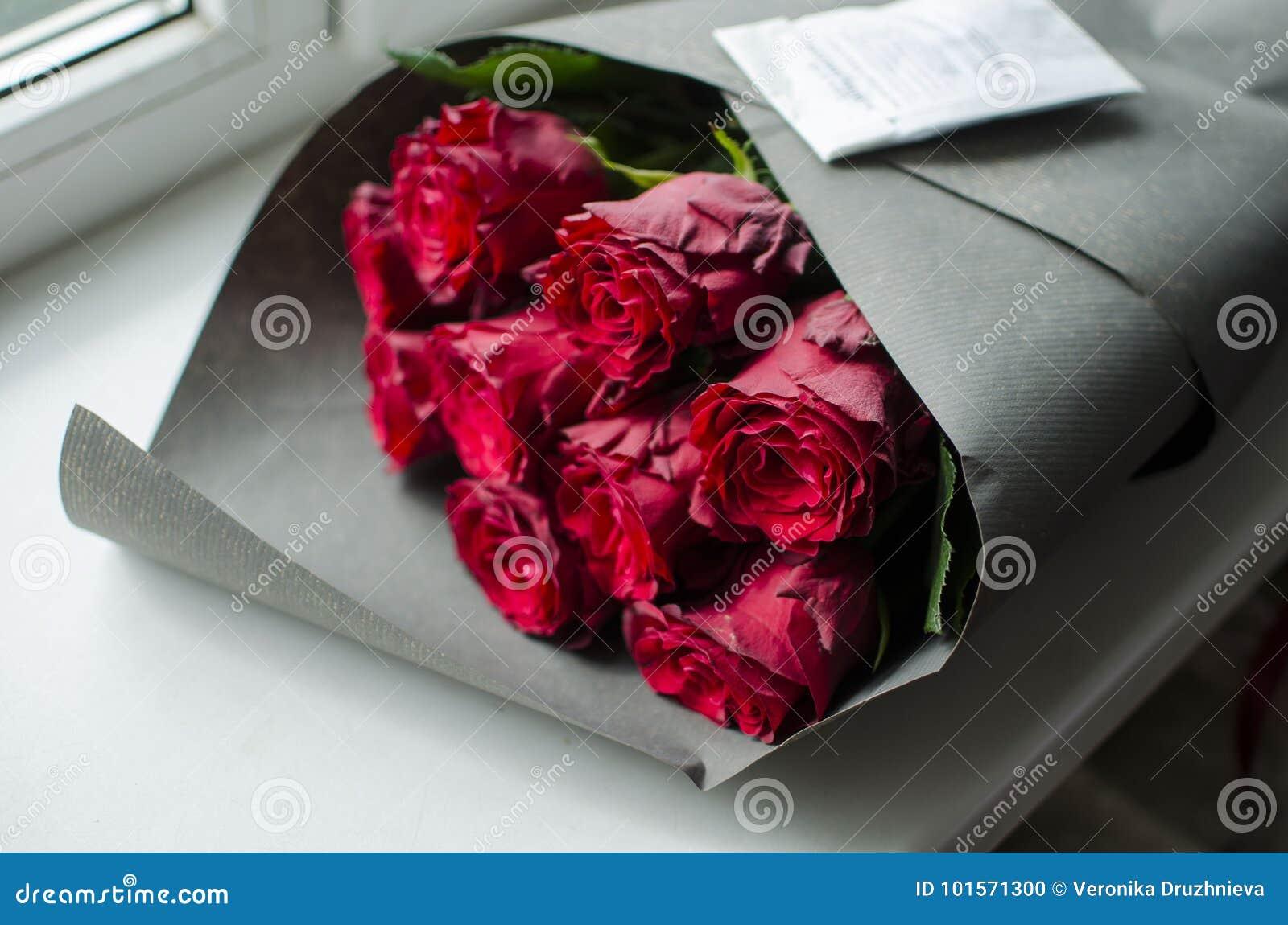 Grande Mazzo Della Rosa Rossa Regalo Piacevole Di Buon Compleanno