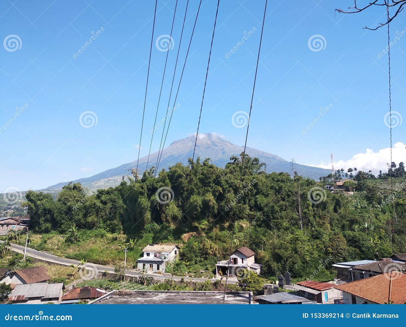 Grande montanha bonita com céu azul