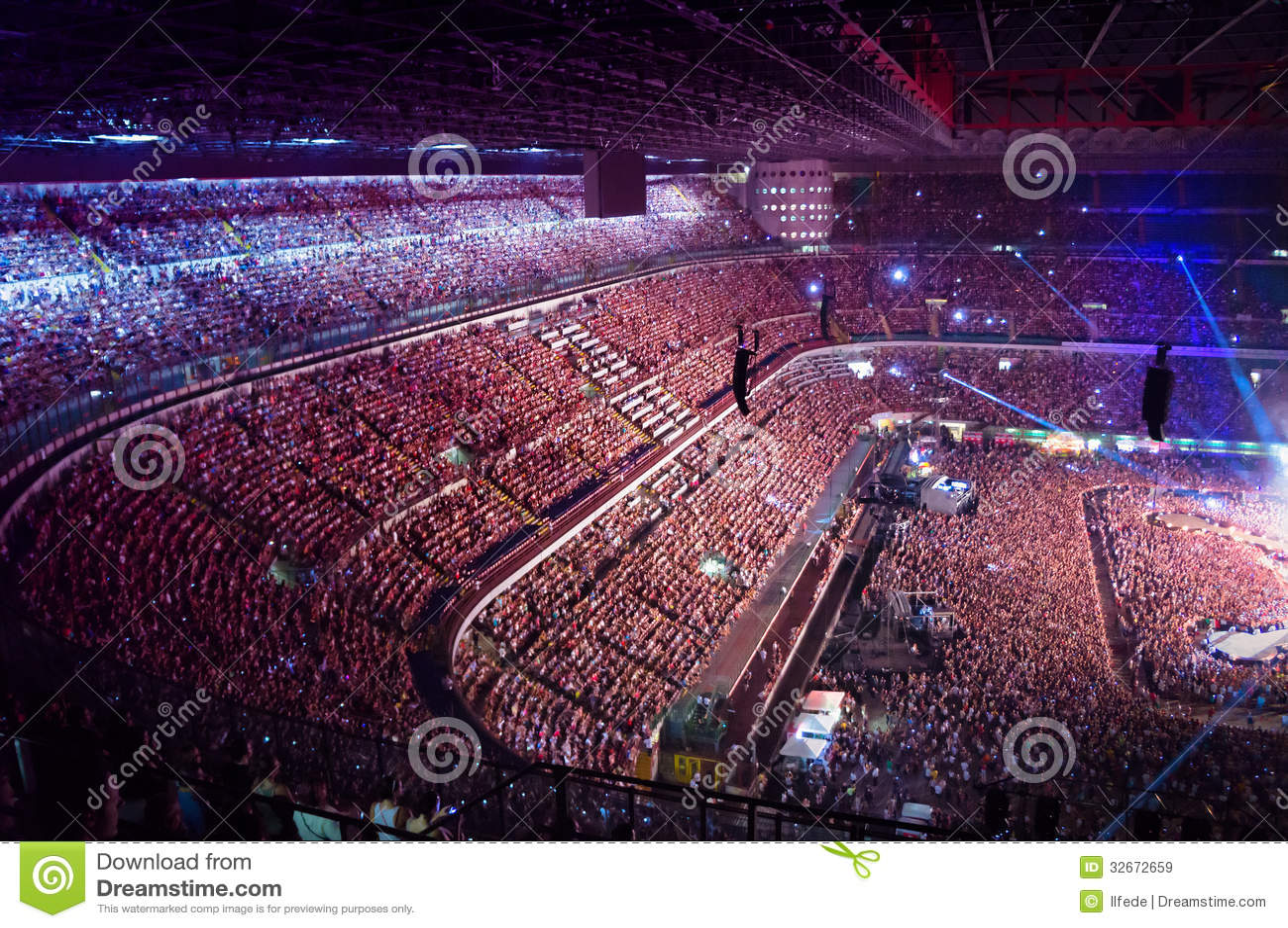 Grande multidão de concerto de observação dos povos