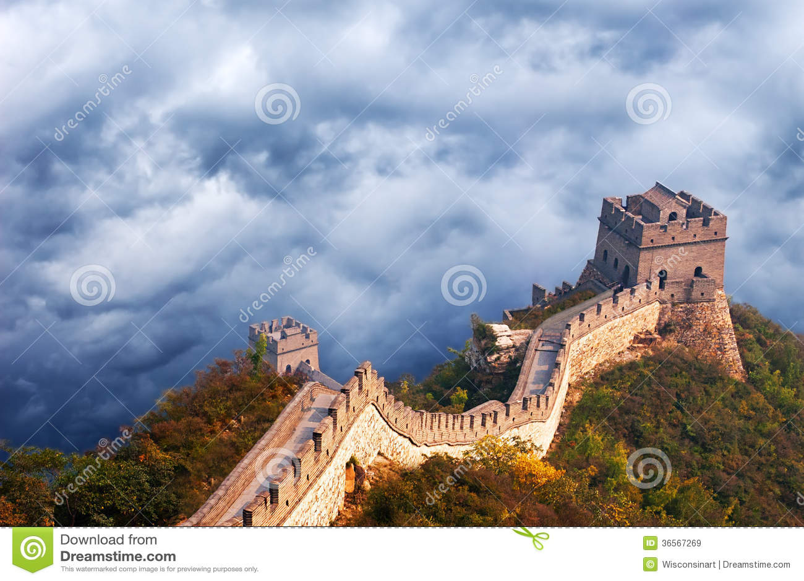 Grande Muraille de voyage de la Chine, nuages orageux de ciel