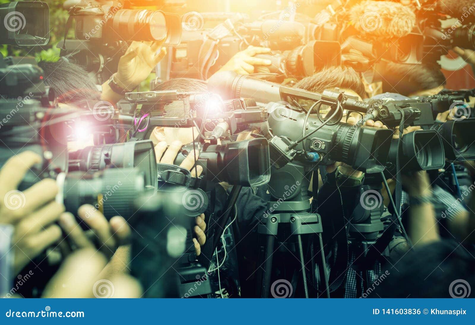 Grande número de imprensa e de repórter dos meios no evento de transmissão