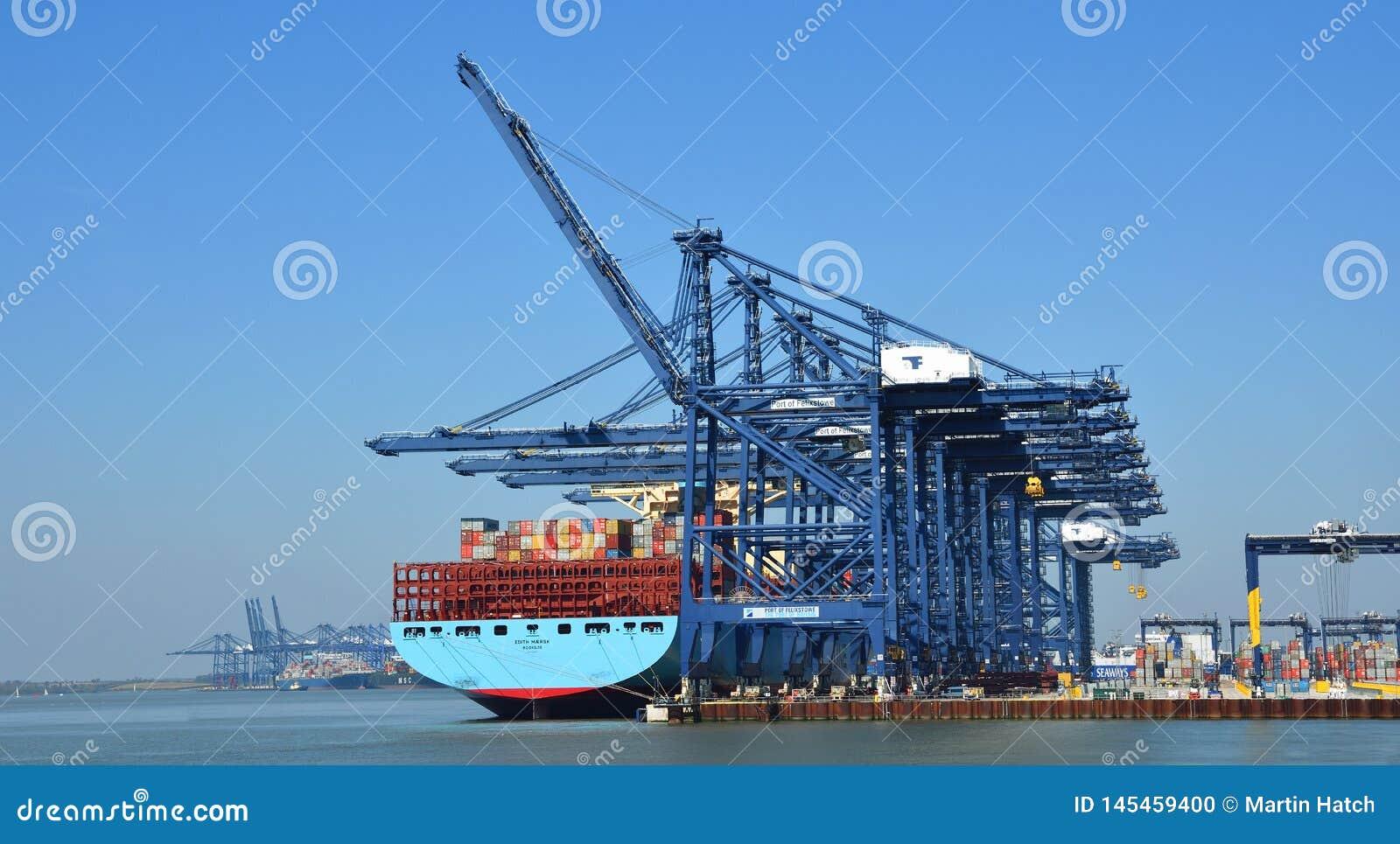 Grande nave porta-container che è caricata al porto di Felixstowe