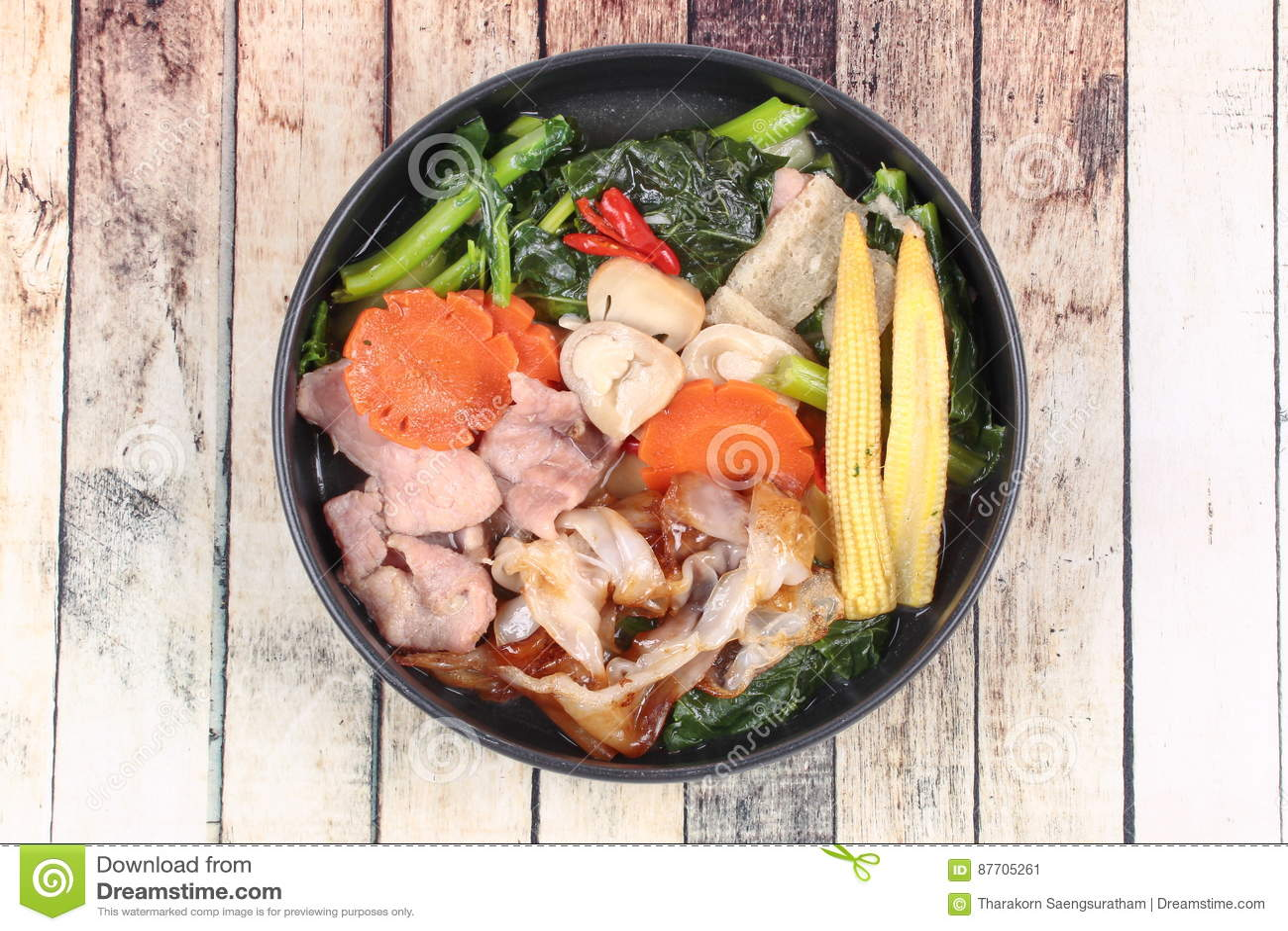 Grande nouille frite avec le chou frisé chinois, porc, légume en soupe