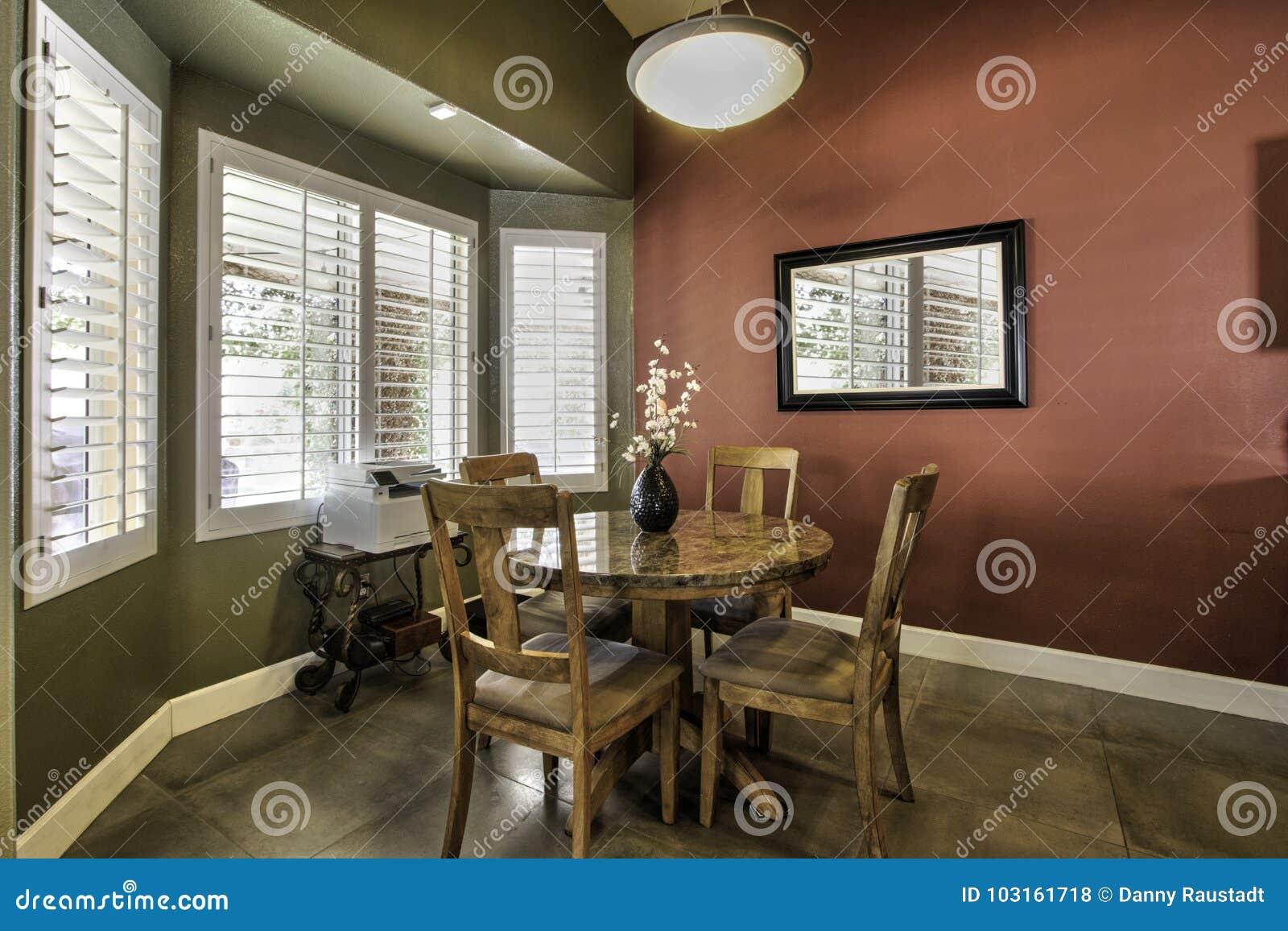 Grande nuova sala da pranzo con la pavimentazione in piastrelle