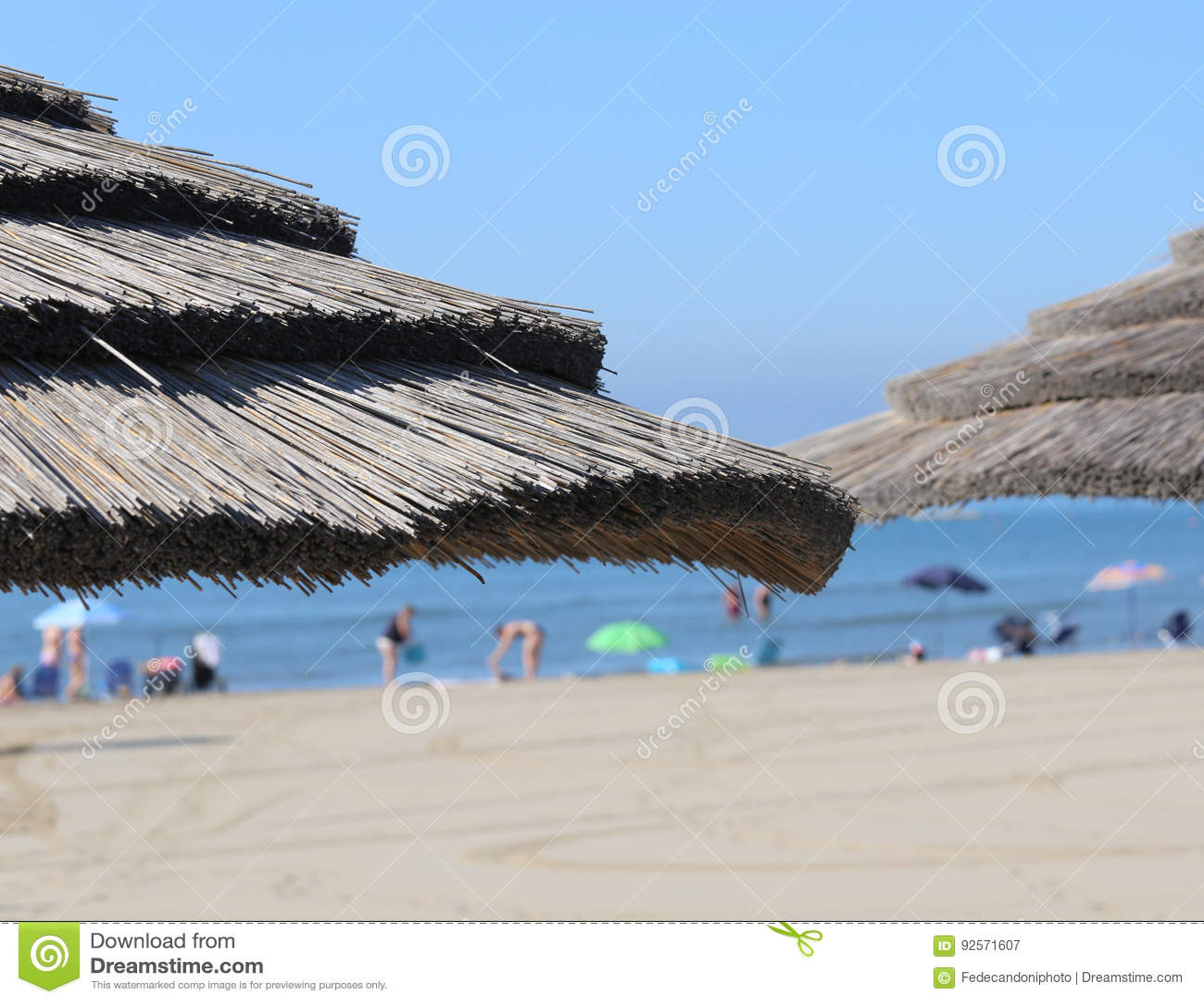 Grande ombrello della paglia da riparare dal sole caldo di estate in