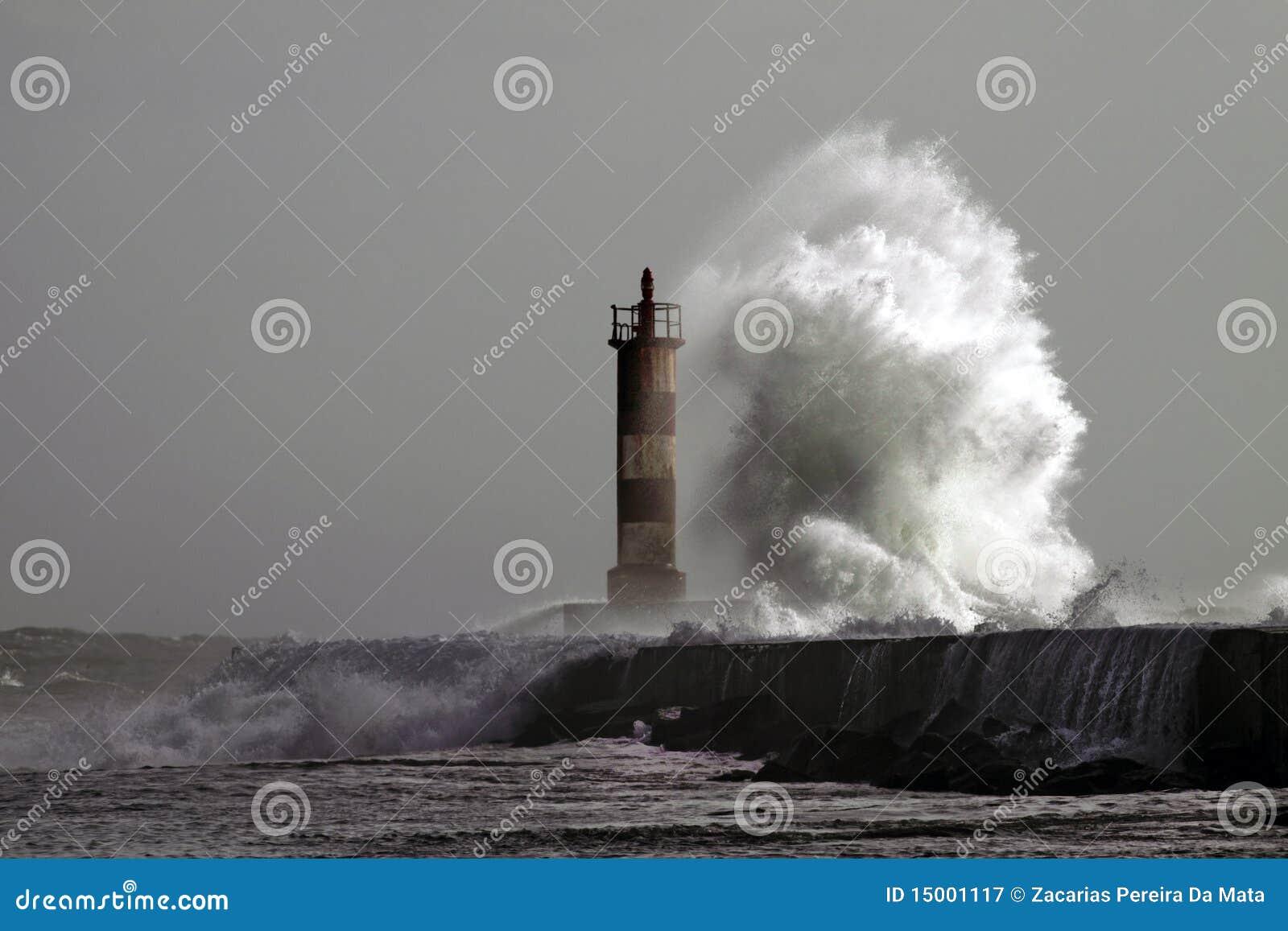 Grande onde contre le phare