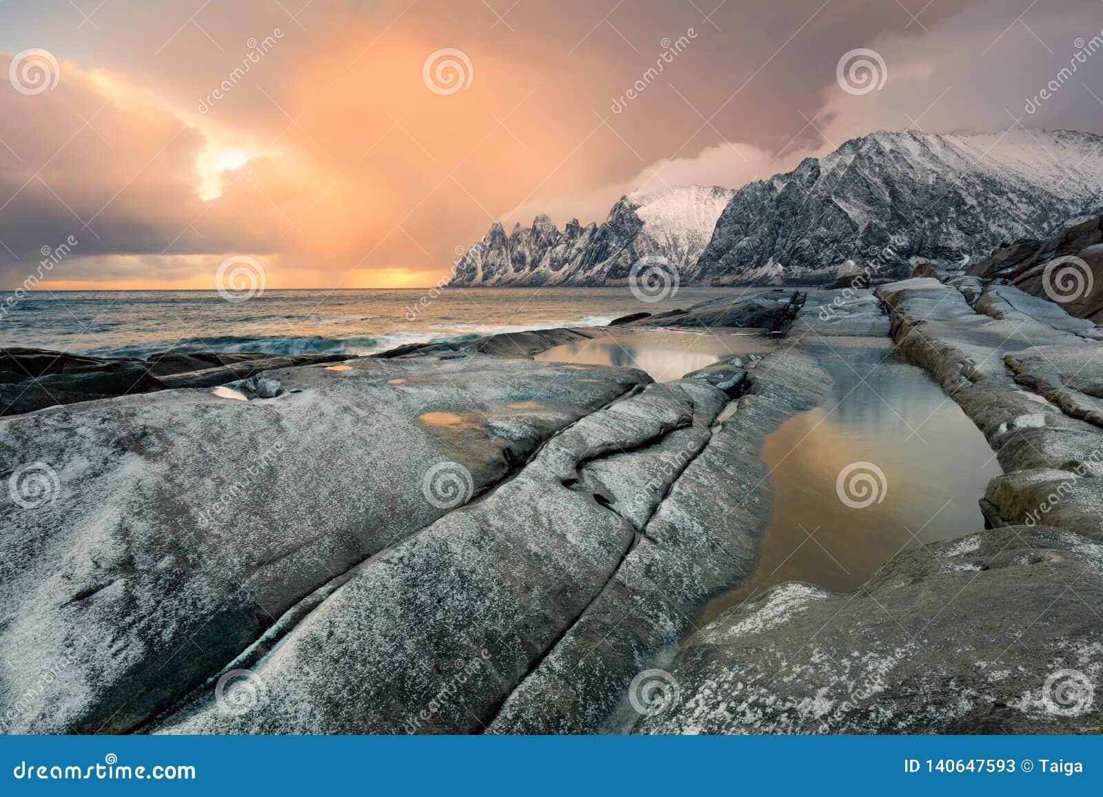 Grande paisagem dramática do nascer do sol do céu Natureza do norte selvagem