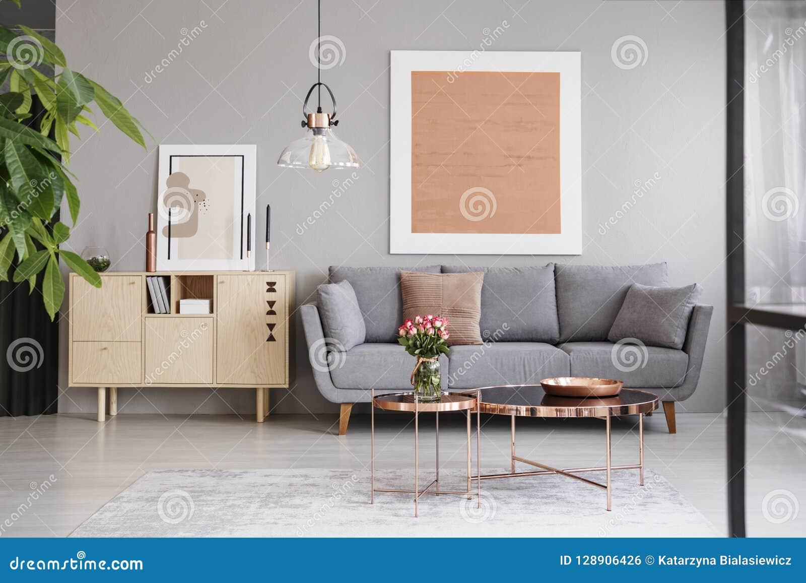 Grande Peinture Sur Un Mur Gris Au-dessus D\'un Sofa élégant ...