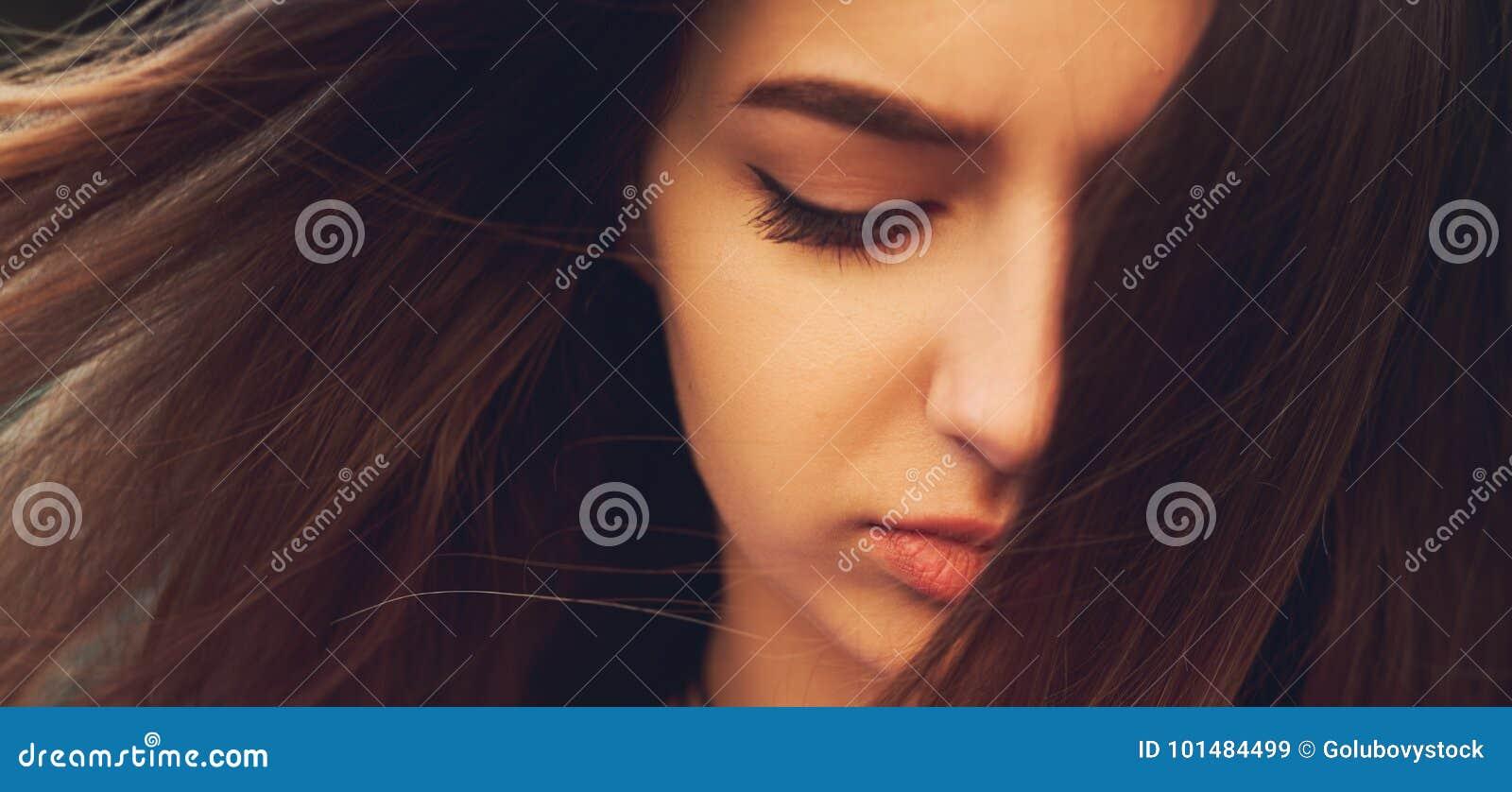 Grande perte Femme triste avec émotion négative