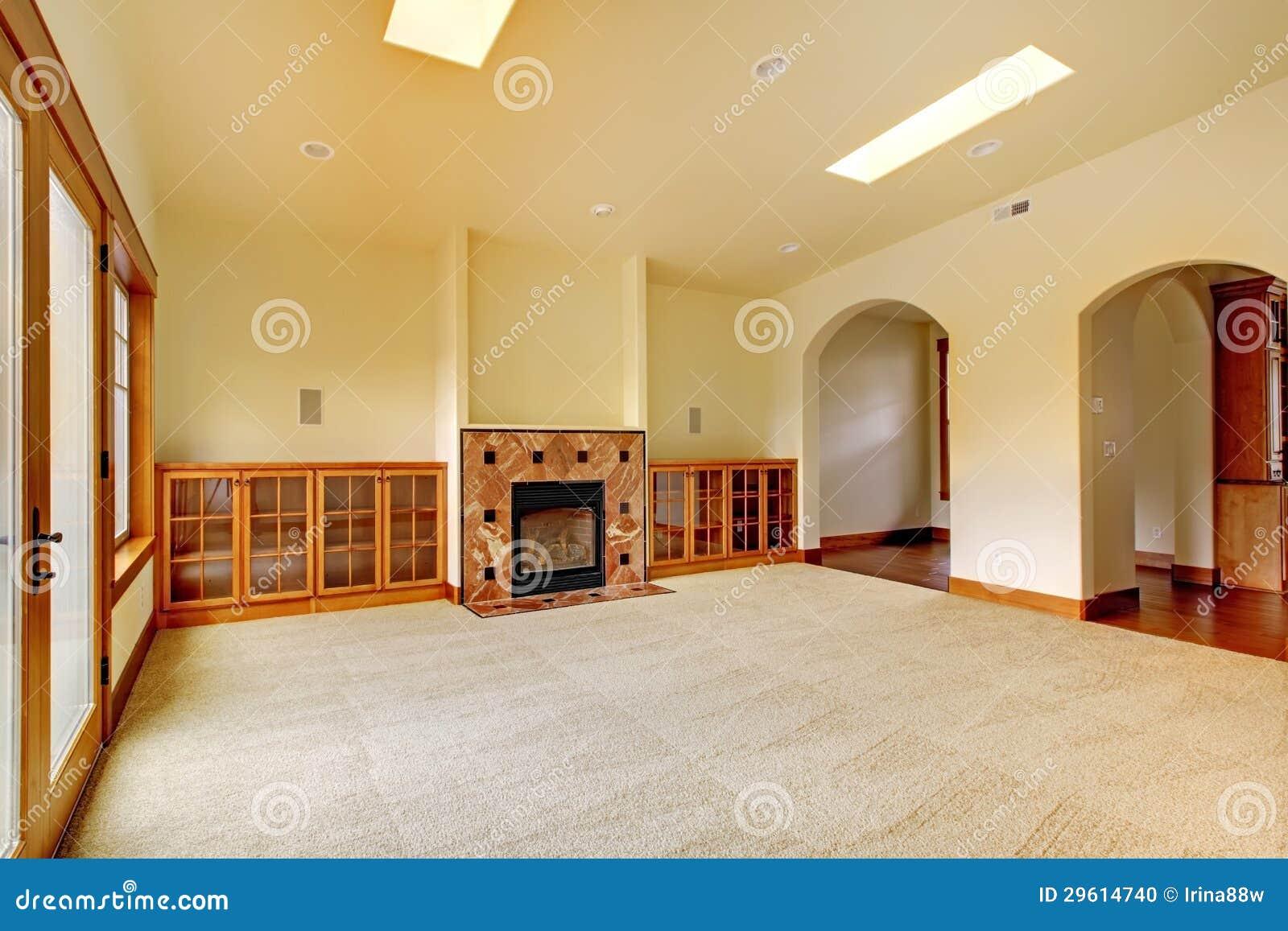 Grande pièce vide avec la cheminée et les étagères intérieur à la maison de luxe