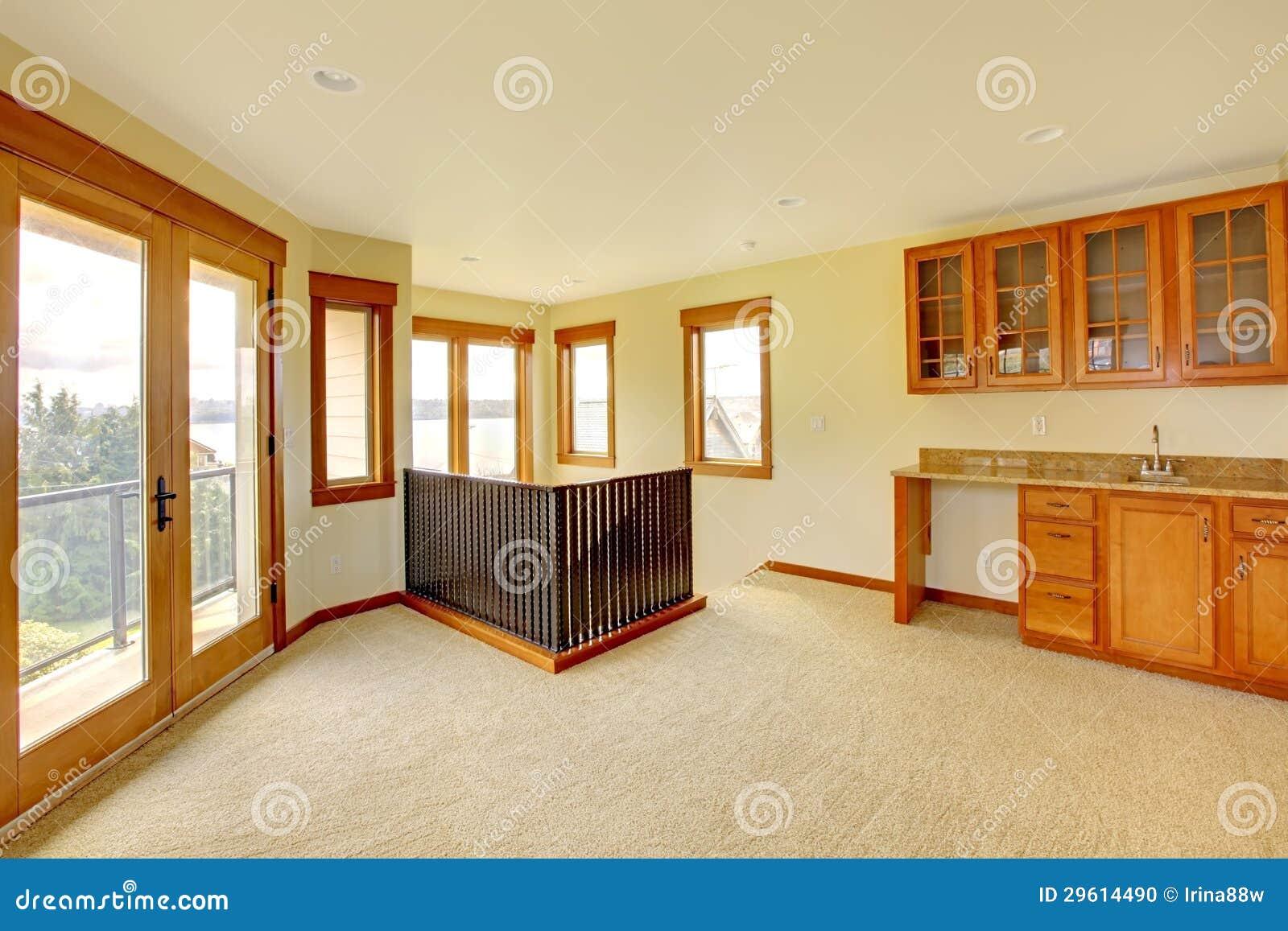 Grande pièce vide avec les modules en bois intérieur à la maison de luxe neuf