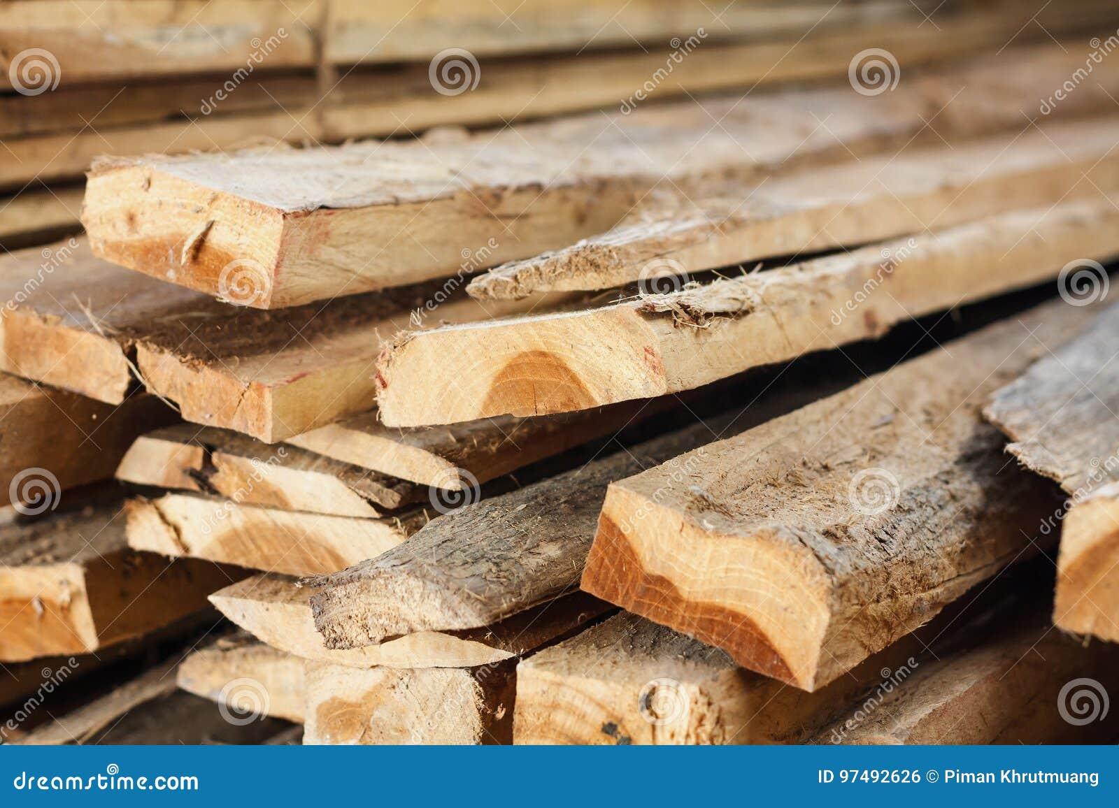 Grande pila di plance di legno
