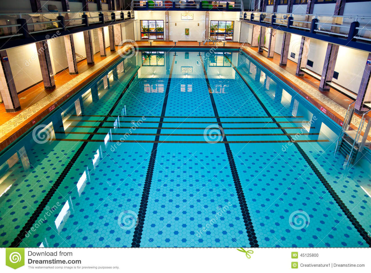 Grande piscine d 39 int rieur photo stock image 45125800 for Piscine d interieur
