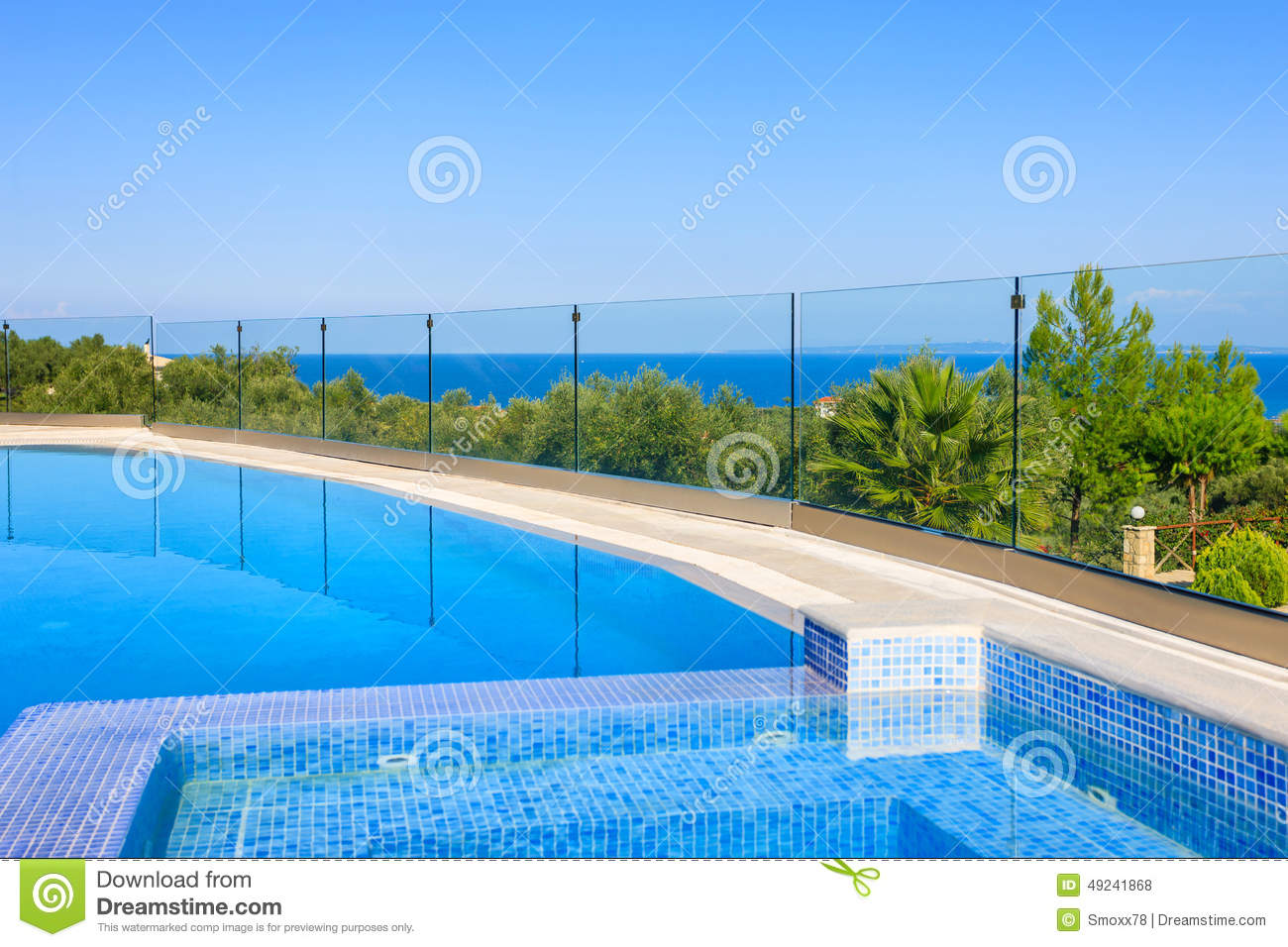 Grande piscine de luxe photo stock image du ensoleill for Piscine destock