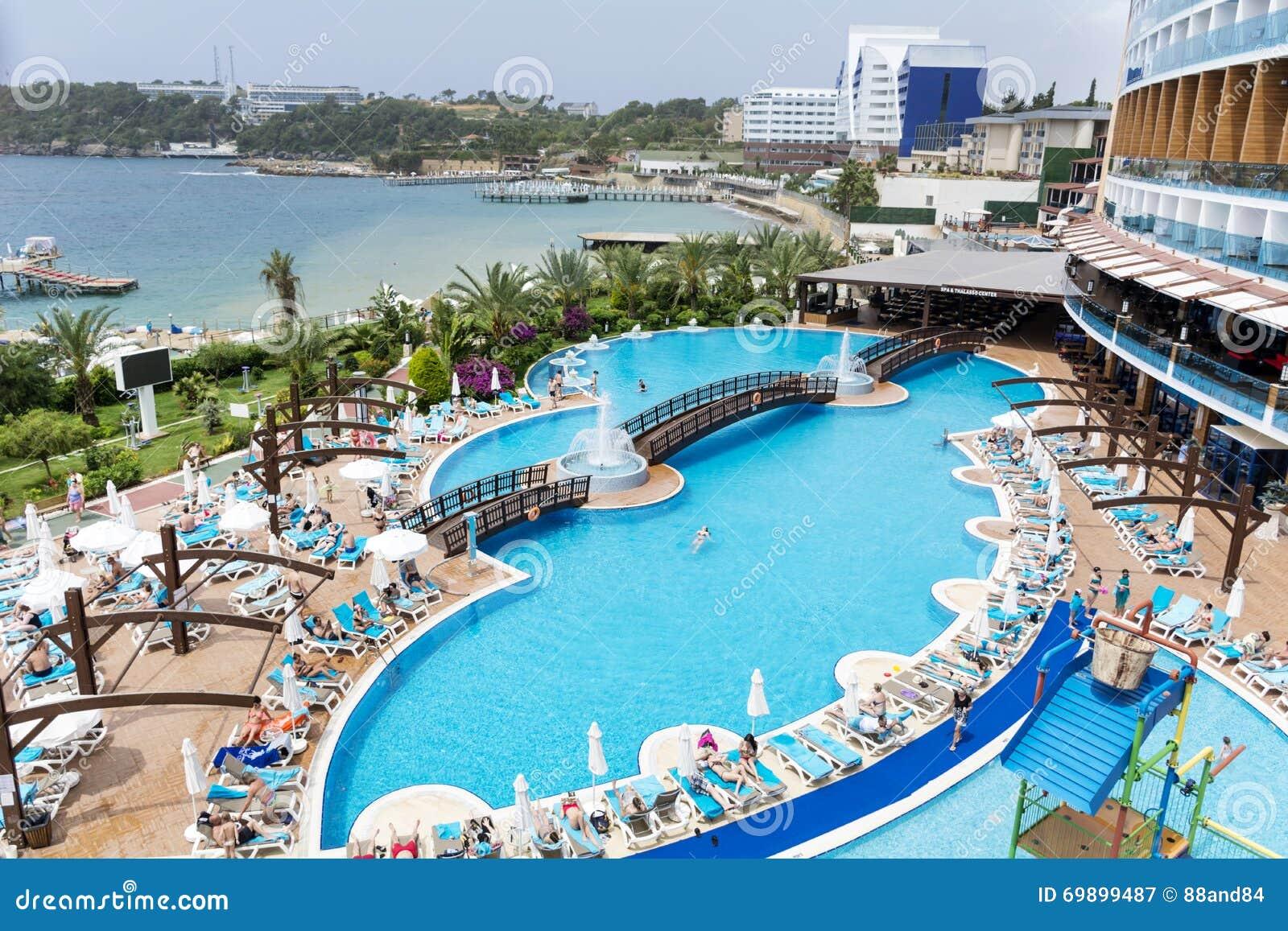 grande piscine de luxe ext rieure avec des paumes et mer. Black Bedroom Furniture Sets. Home Design Ideas
