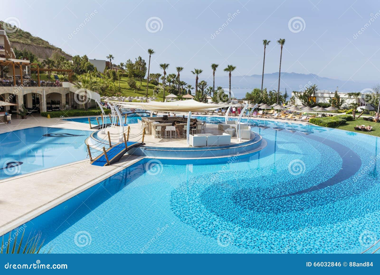 Grande piscine ext rieure avec des paumes et mer l for Prix piscine exterieure