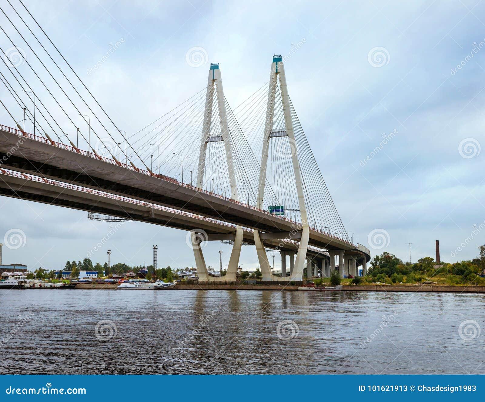 Grande ponte strallato di Obukhovsky, fiume di Neva