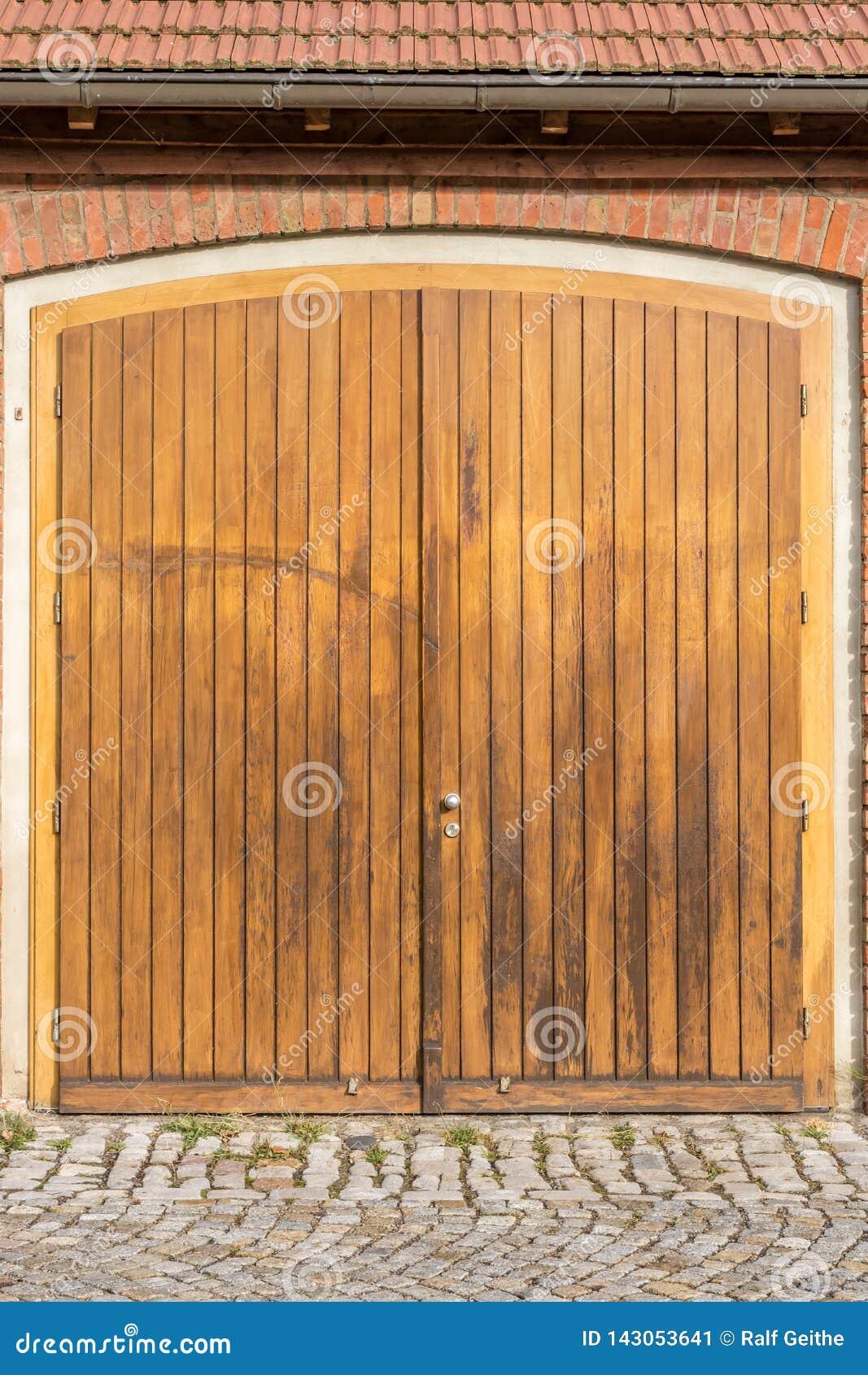Grande porta di granaio di legno