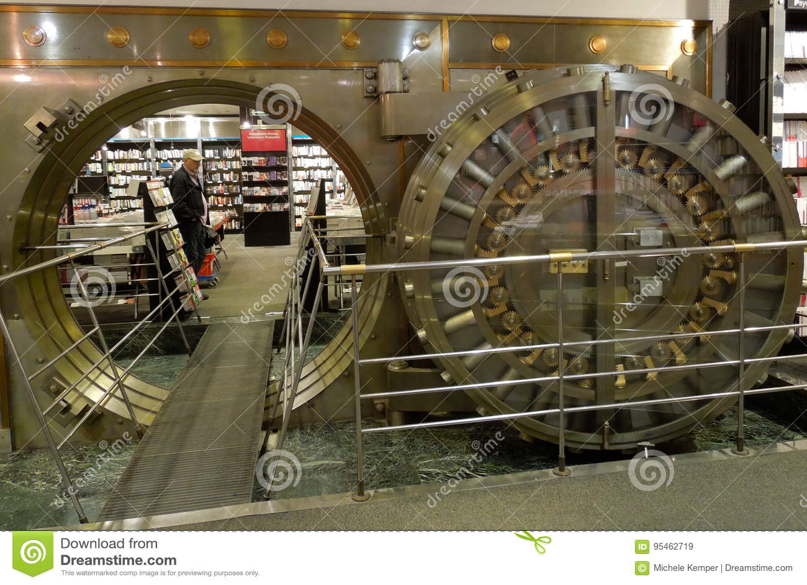Grande porta do cofre-forte de banco aberta