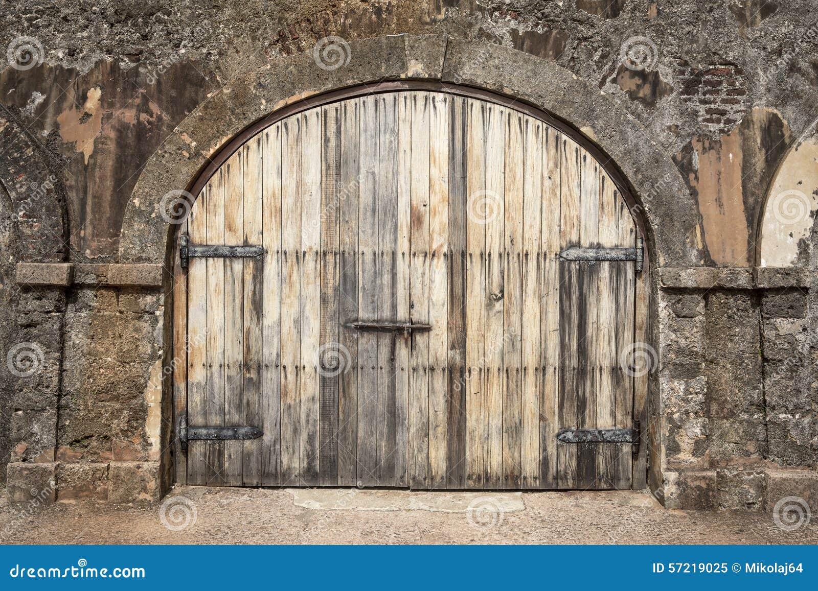 Grande porte en bois dans une ferme de goujon rustique for Porte de ferme ancienne