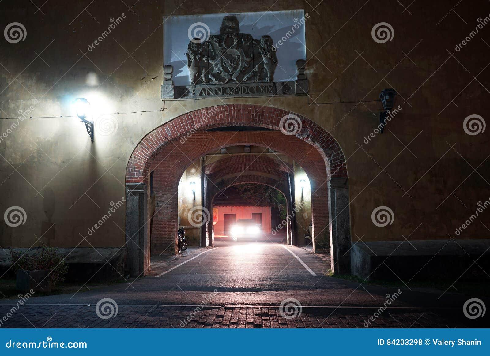 Grande porte la nuit