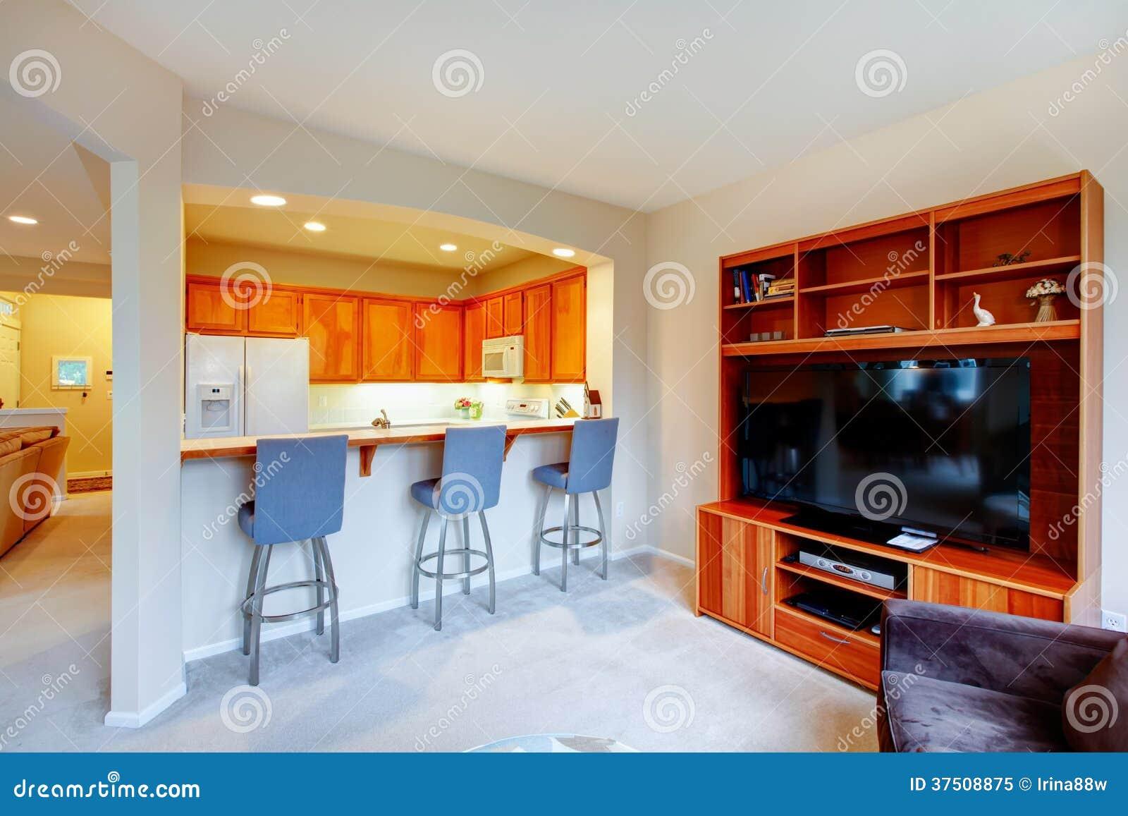 madeira e sala pequena brilhante superior aberta da cozinha da tevê #C13A0A 1300 957