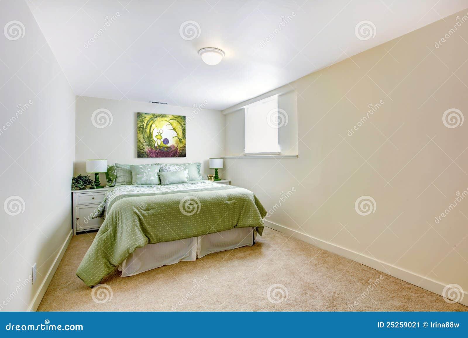 Grande quarto branco com cama verde e art imagem de stock for Camas grandes