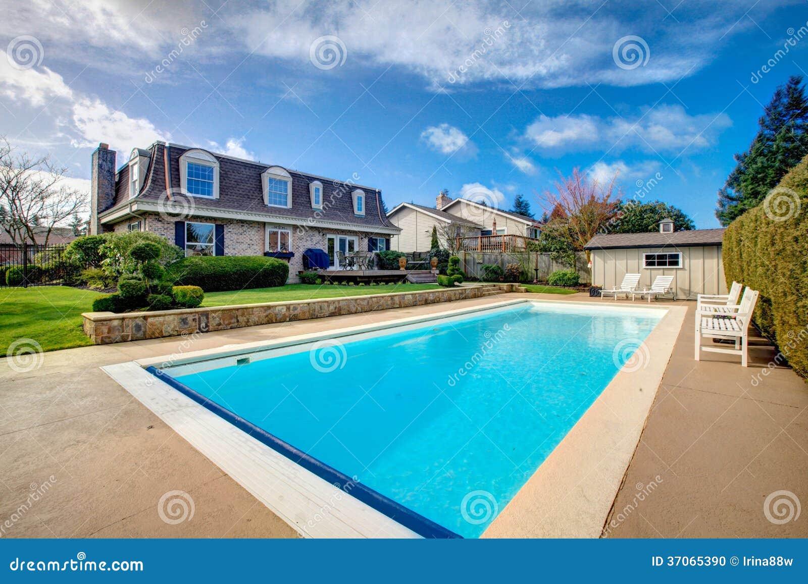 Grande quintal com canteiro de flores e piscina foto de - Piscinas grandes ...