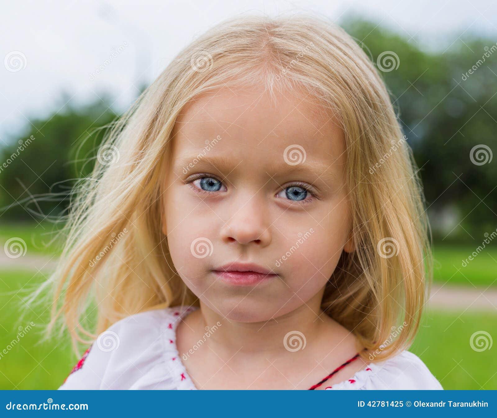 Grande ritratto della ragazza ucraina