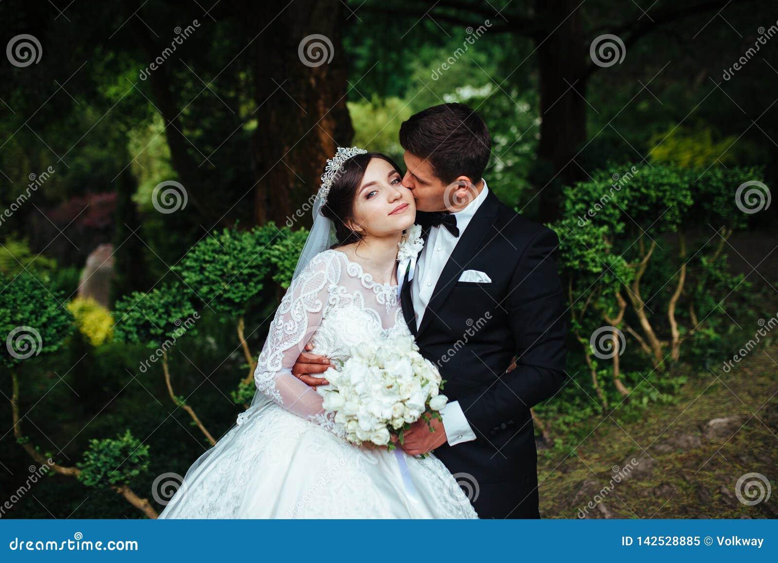 Grande ritratto di coppia molto bella di nozze