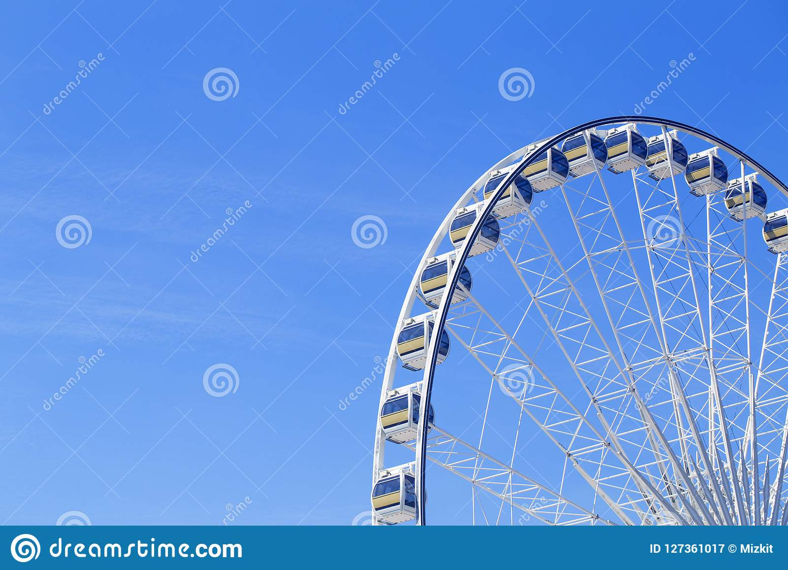 Grande roue géante avec les carlingues numérotées en parc - bleu lumineux