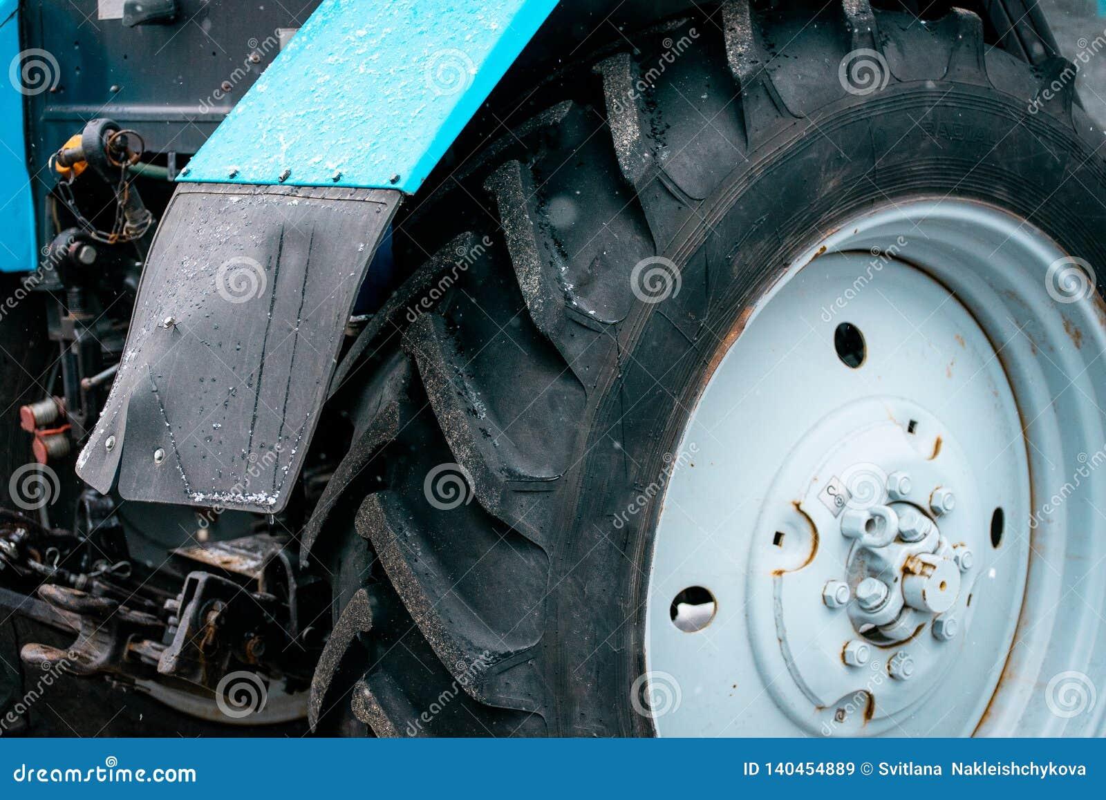 Grande roue noire du tracteur snowblower
