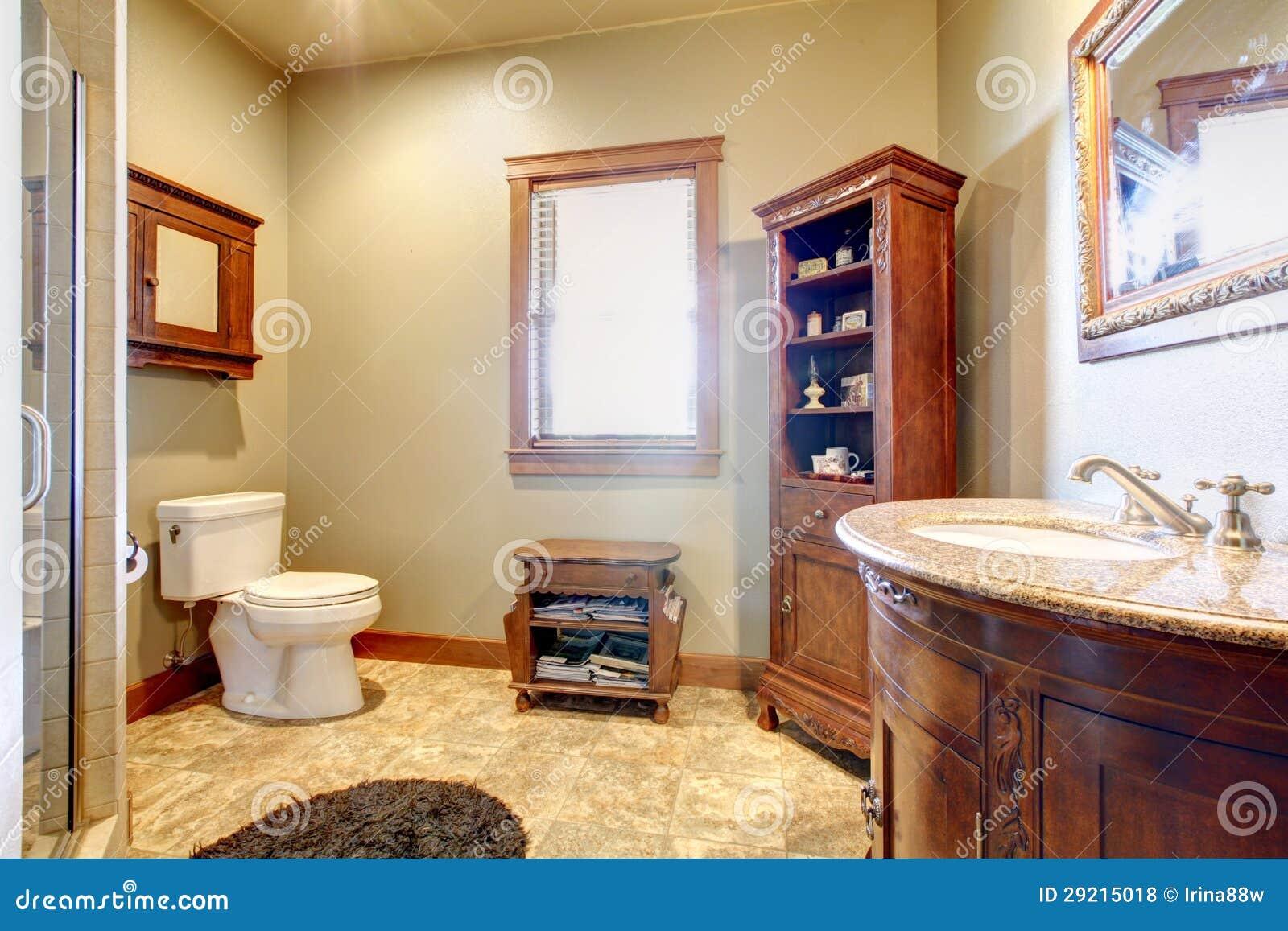 Grande salle de bains avec les meubles en bois et les for Salle de bain bois et couleur