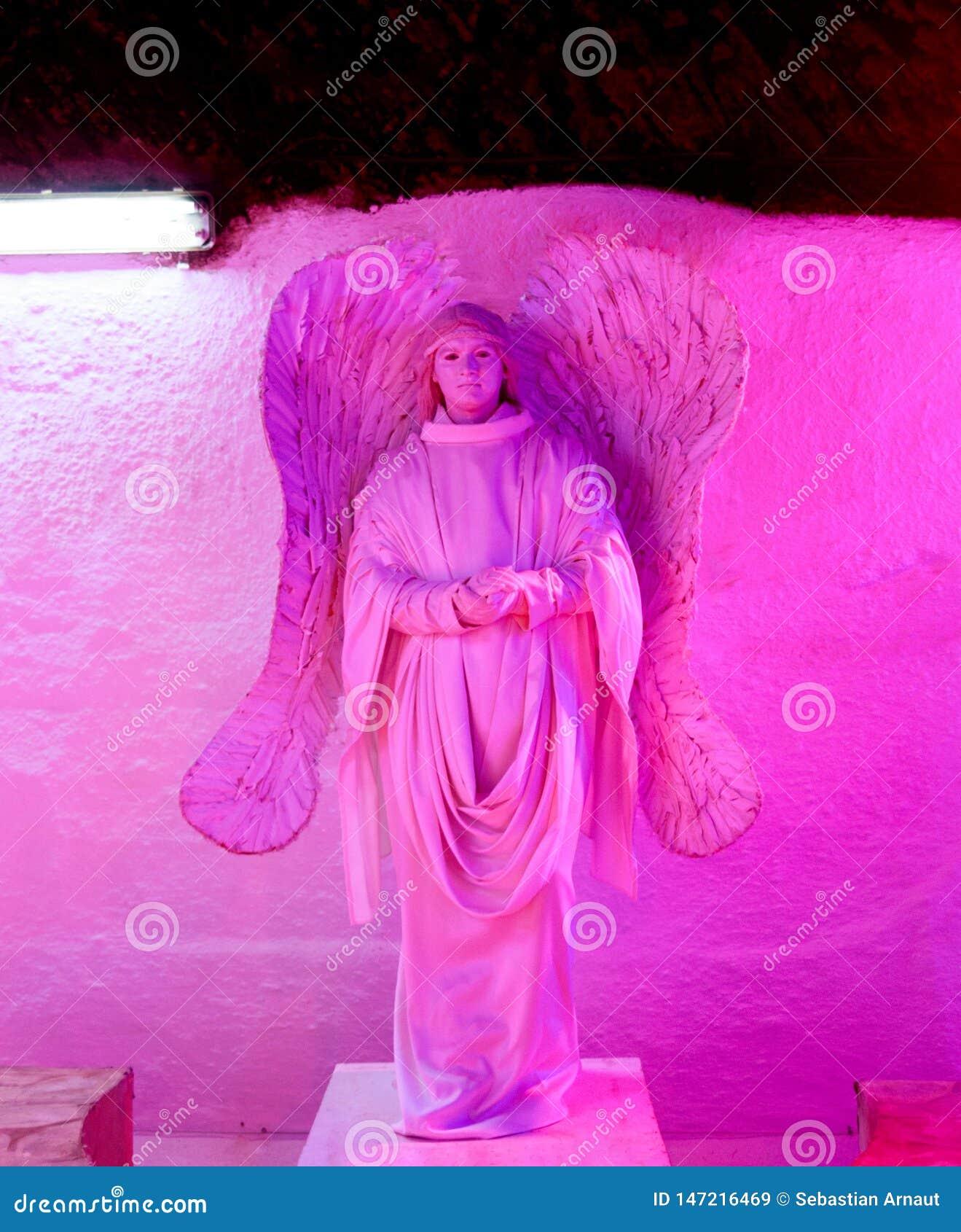 Grande scultura del gesso di un angelo