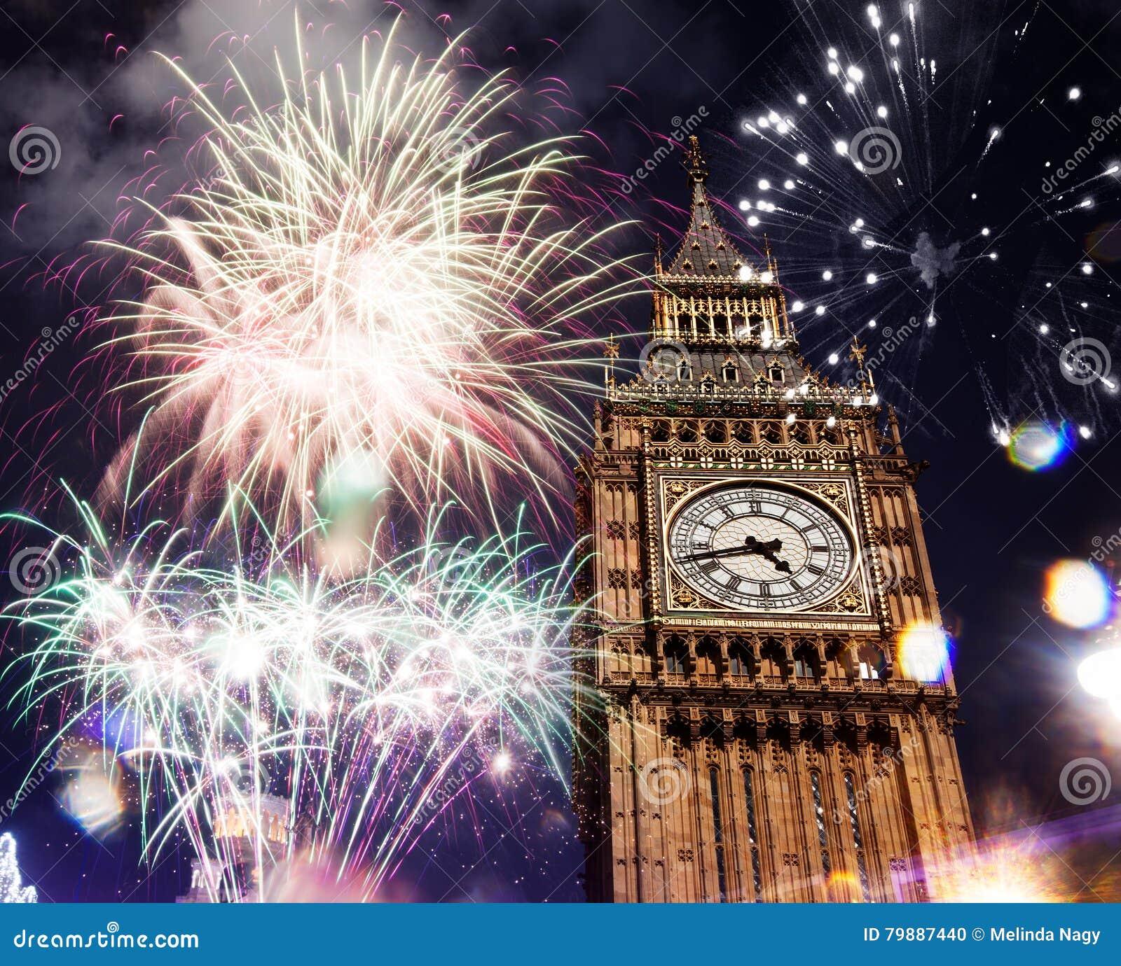 Grande seja com fogos-de-artifício Véspera de Ano Novo