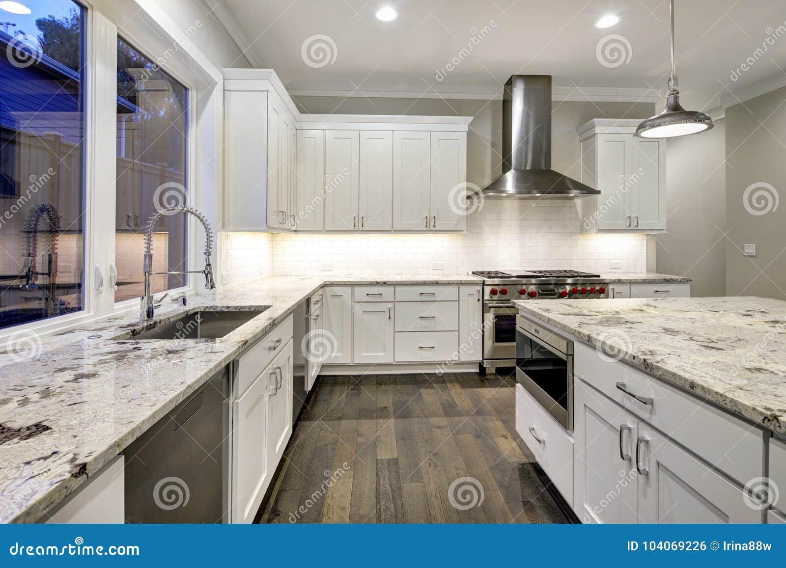 310bb19f86cfc4 Grande, spacieuse conception de cuisine avec les buffets blancs, île de  cuisine blanche avec un bon nombre de stockage, partie supérieure du  comptoir ...
