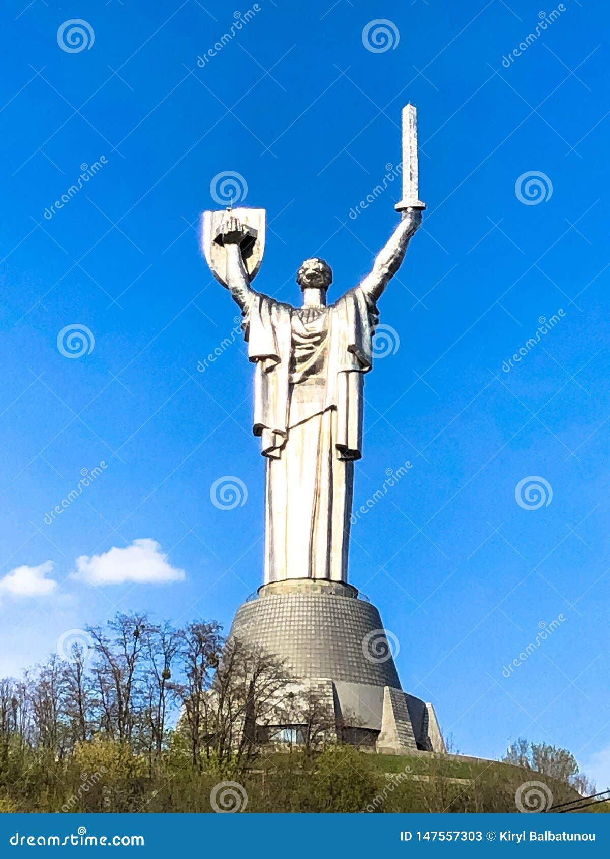 Grande statua del metallo della patria in Ucraina con uno schermo e una spada, vista dalla parte posteriore L Ucraina, Kiev, il 1