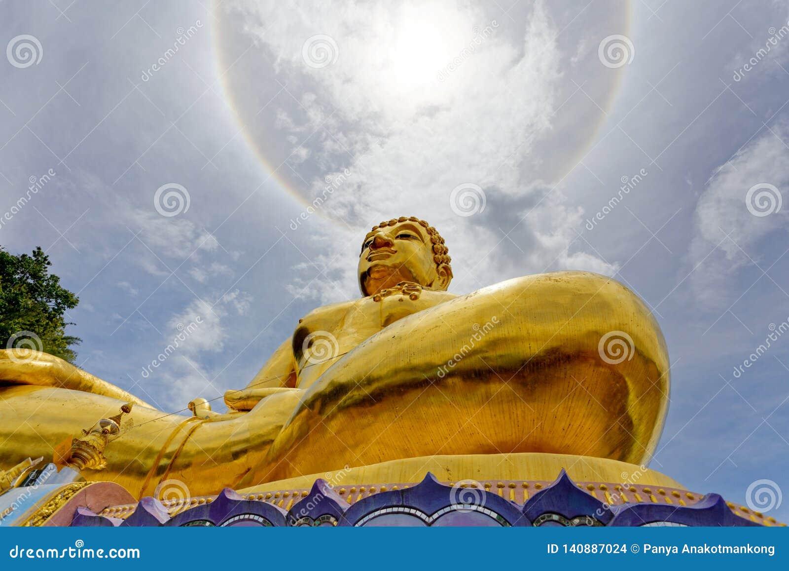 Grande statue Bouddha d or sous la lumière du soleil d anneau de couronne