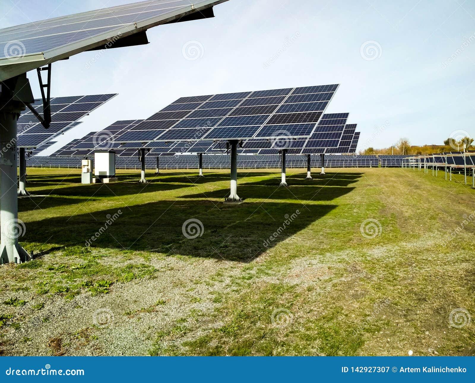 Grande stazione solare un chiaro giorno