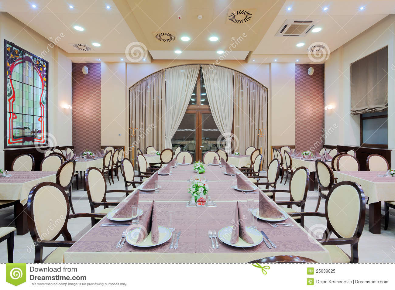 Grande table de restaurant image stock image du plafond for Grande table cuisine