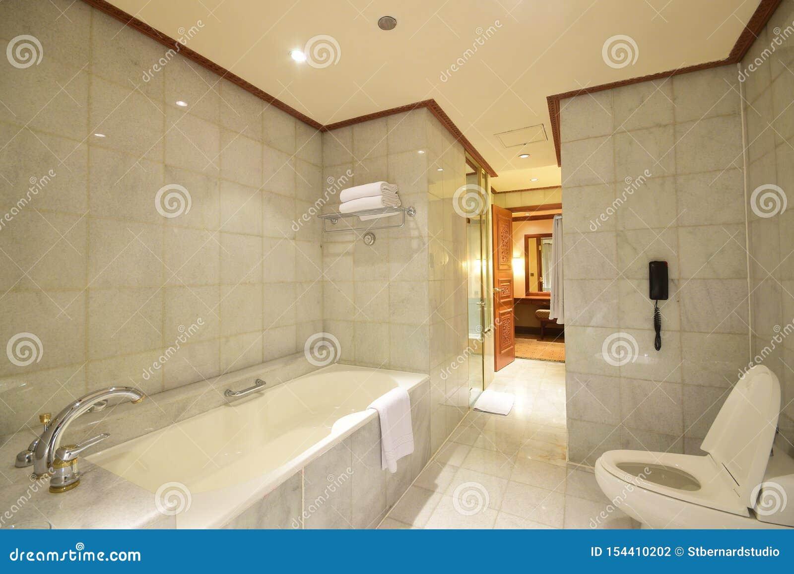 Grande Toilette Avec La Baignoire Utilisant Le Marbre Blanc