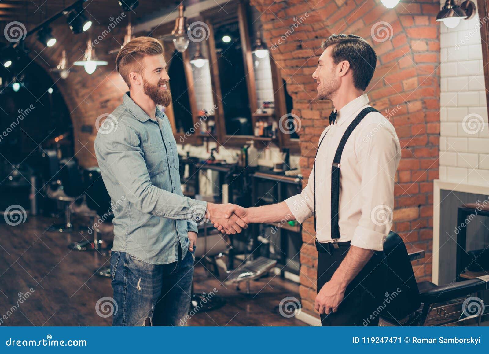 Grande trabalho! Cliente satisfeito feliz em uma barbearia Farpado vermelho