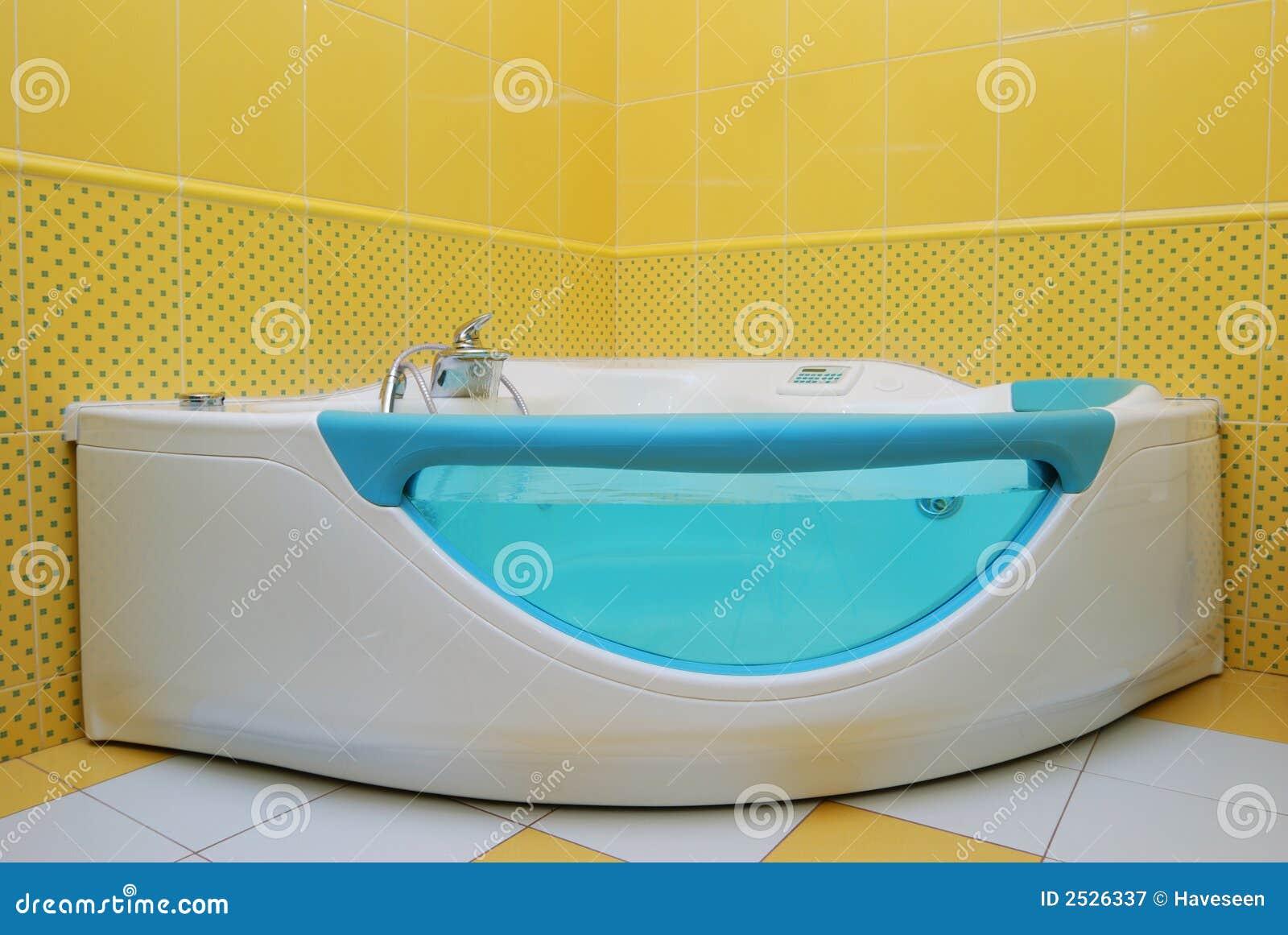 Grande vasca da bagno fotografia stock libera da diritti - Vasca da bagno libera installazione ...