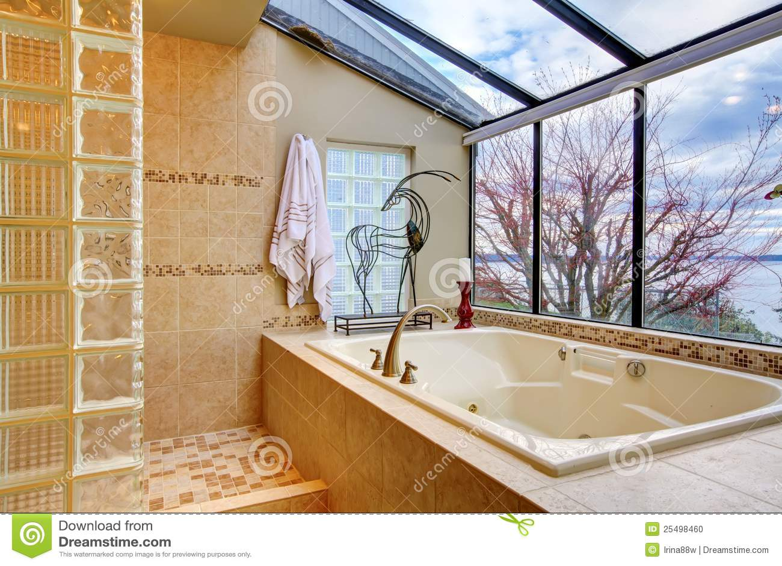 Grande vasca di bagno con la parete della finestra con la for Finestra con gocce d acqua